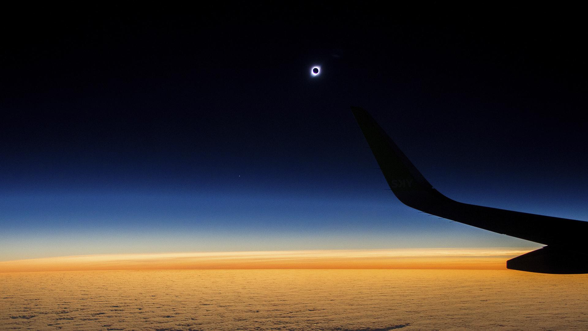 Una danza cósmica milenaria, un juego de luces por la alineación exacta de tres cuerpos en el espacio: la luna bloqueando la luz que el sol proyecta en la tierra. El eclipse total solar es el evento astronómico de 2019. Se pudo ver en una franja de 147 kilómetros que atravesó Chile y Argentina de oeste a este