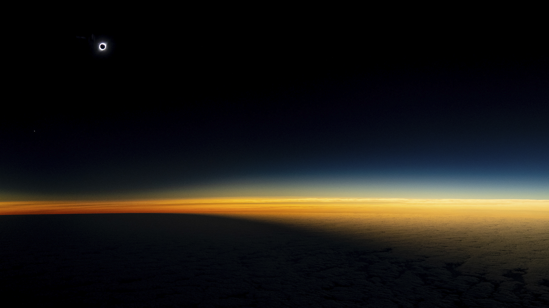 Segundos antes de que el eclipse solar se vuelva total, desde el avión se percibía la llegada inminente de la umbra. La franja de oscuridad total midió cerca de 147 kilómetros de ancho. Desde el avión se distinguió todo el corredor de sombra (Armando Vega, explorador National Geographic)