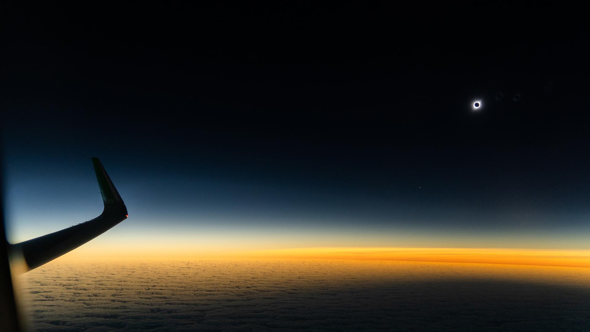 """Para el piloto militar y a sus 57 años aspirante a astronauta, Klaus Von Storch, fue su primer eclipse solar. Lo vio, según su perspectiva, desde la mejor posición del mundo. Argumentó las razones: """"Generalmente la atmósfera es menos densa y más limpia, por lo tanto no hay partículas contaminantes. El campo visual también más grande, se percibe la amplitud del horizonte porque al alejarte de la Tierra vas viendo cómo se va acercando rápidamente lo que es la sombra que produce el eclipse. Y los colores van a ser impresionantes. A veces en mis vuelos yo les mando fotos a mi familia porque quedo encantado con lo que veo, porque no puedo creer la belleza de los atardeceres y amaneceres que se ven desde el cielo"""" (Luis Urzúa, explorador National Geographic)"""