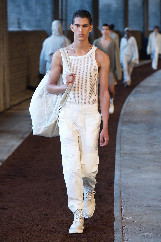La arquitectura de las prendas informa el enfoque del diseño, pensando en el cuerpo y los materiales que hay detrás de la etiqueta. Descrito como sofisticado y fuerte pero tenue
