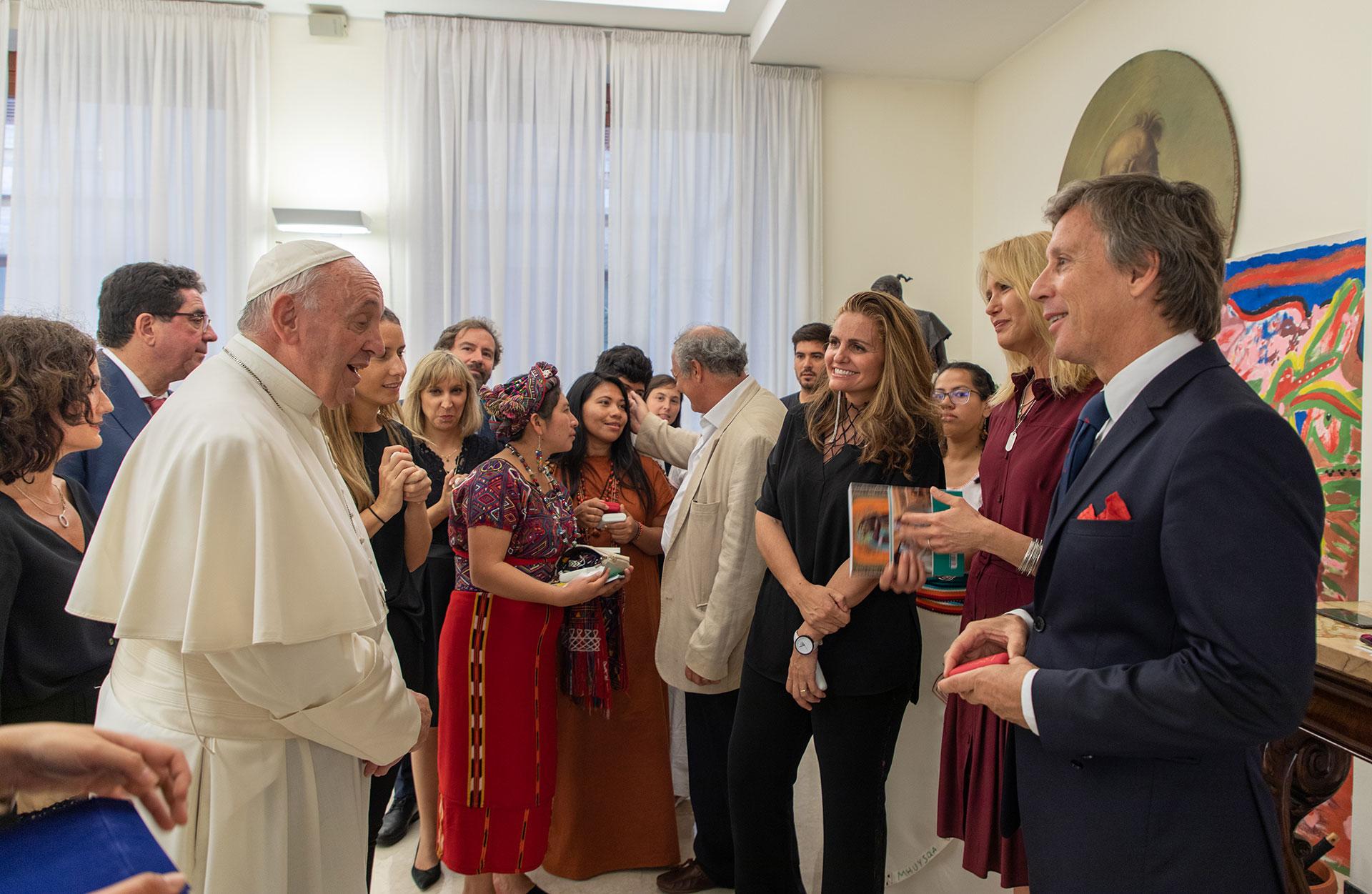 La modelo condujo el Concierto por la Paz, un evento a beneficio de la fundación Scholas Occurrentes. En la previa habló e intercambio obsequios con Francisco