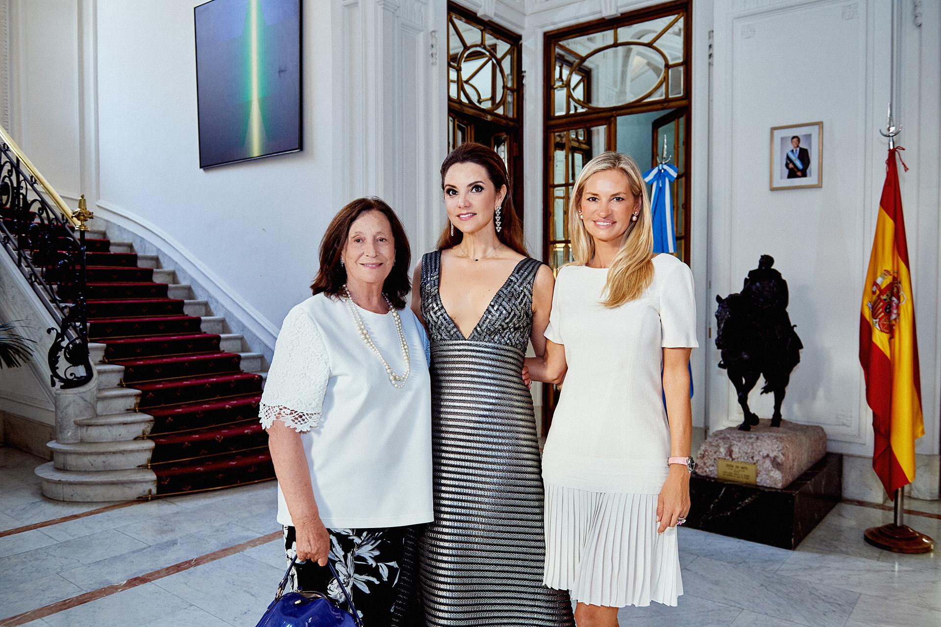 Maribel Ortiz Vizcondesa de García Grande y Lily felicitando a la Soprano al terminar la función.