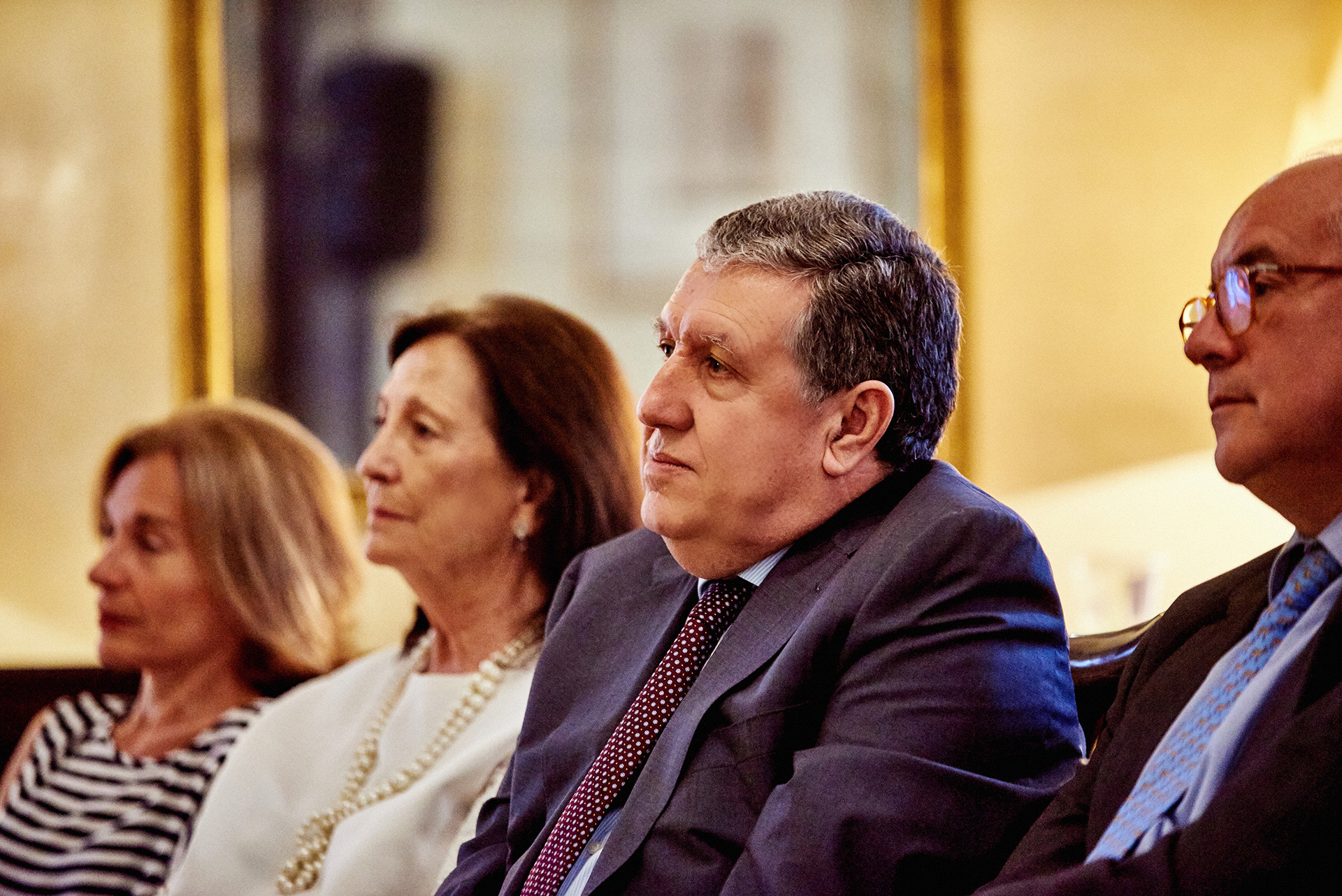 En primera fila, Maribel Ortiz Vizcondeza de García Grande, el embajador Ramón Puerta