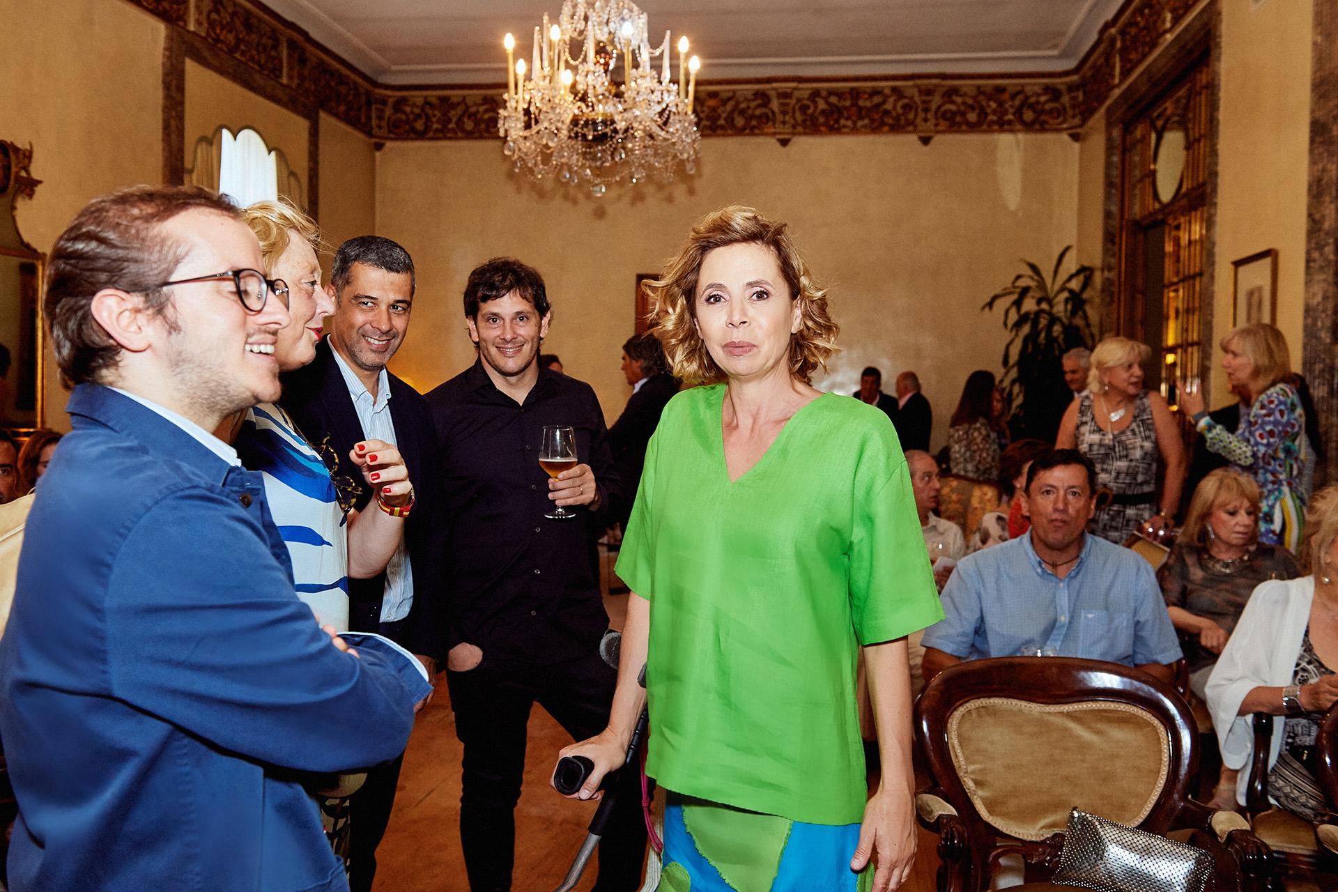 La diseñadora española, Agatha Ruiz de la Prada, rodeada de sus amigos, entre ellos el Francisco de Asis Mortera Nales.
