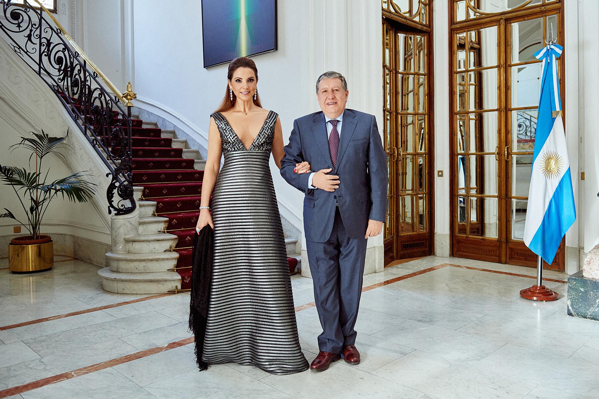 En el foyer de la residencia oficial, el embajador español, Ramón Puerta junto a Virginia Tola