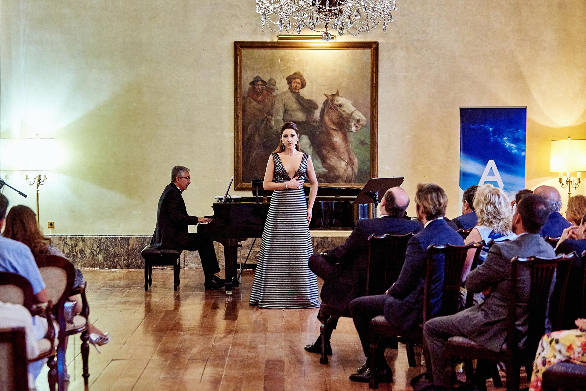 La soprano Virginia Tola y el pianista canario Julio Alexis Muñiz deleitaron a los invitados con canciones del compositor Carlos Vicente Gustavino