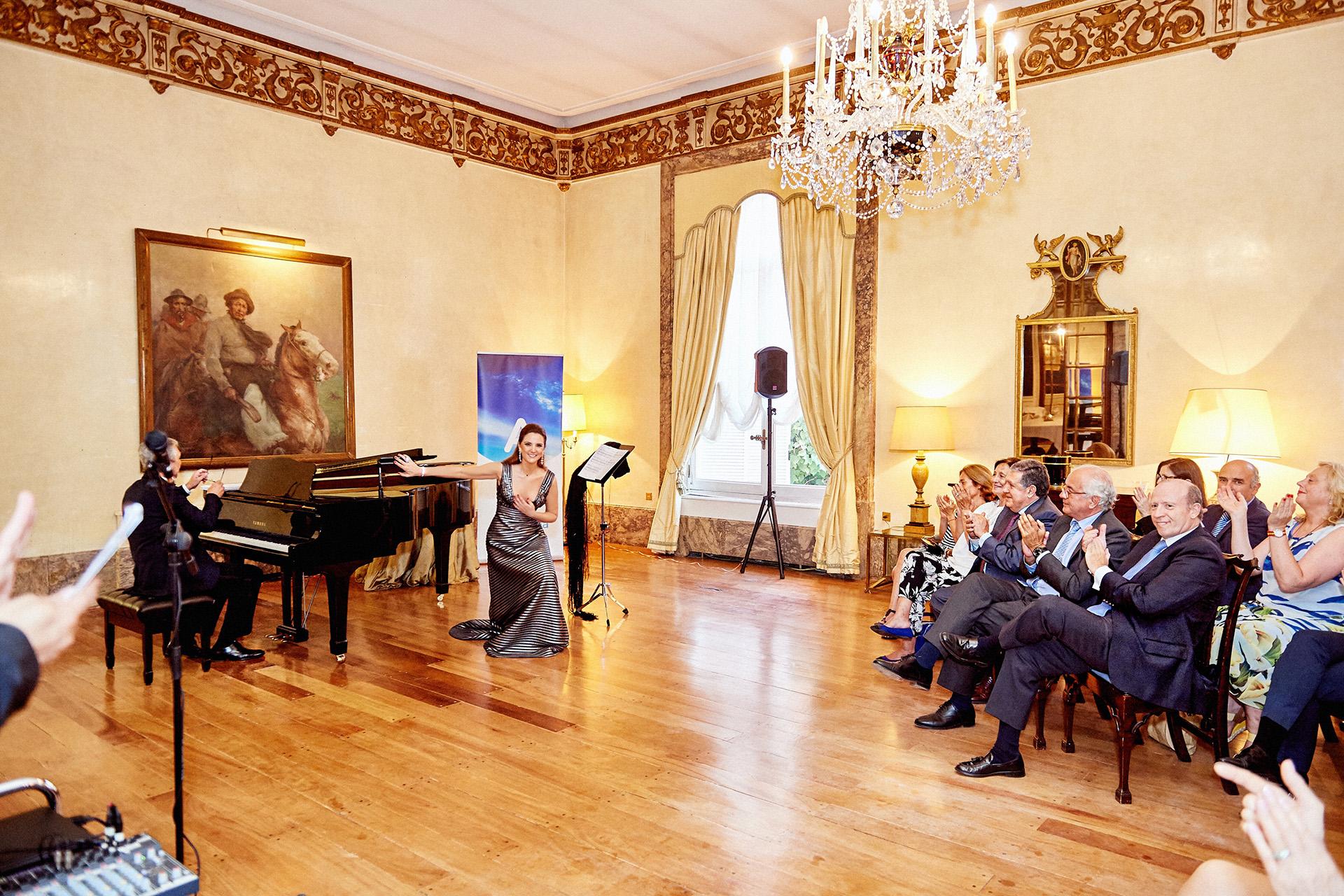 En escena en uno de los majestuosos salones de la embajada de España en Buenos Aires