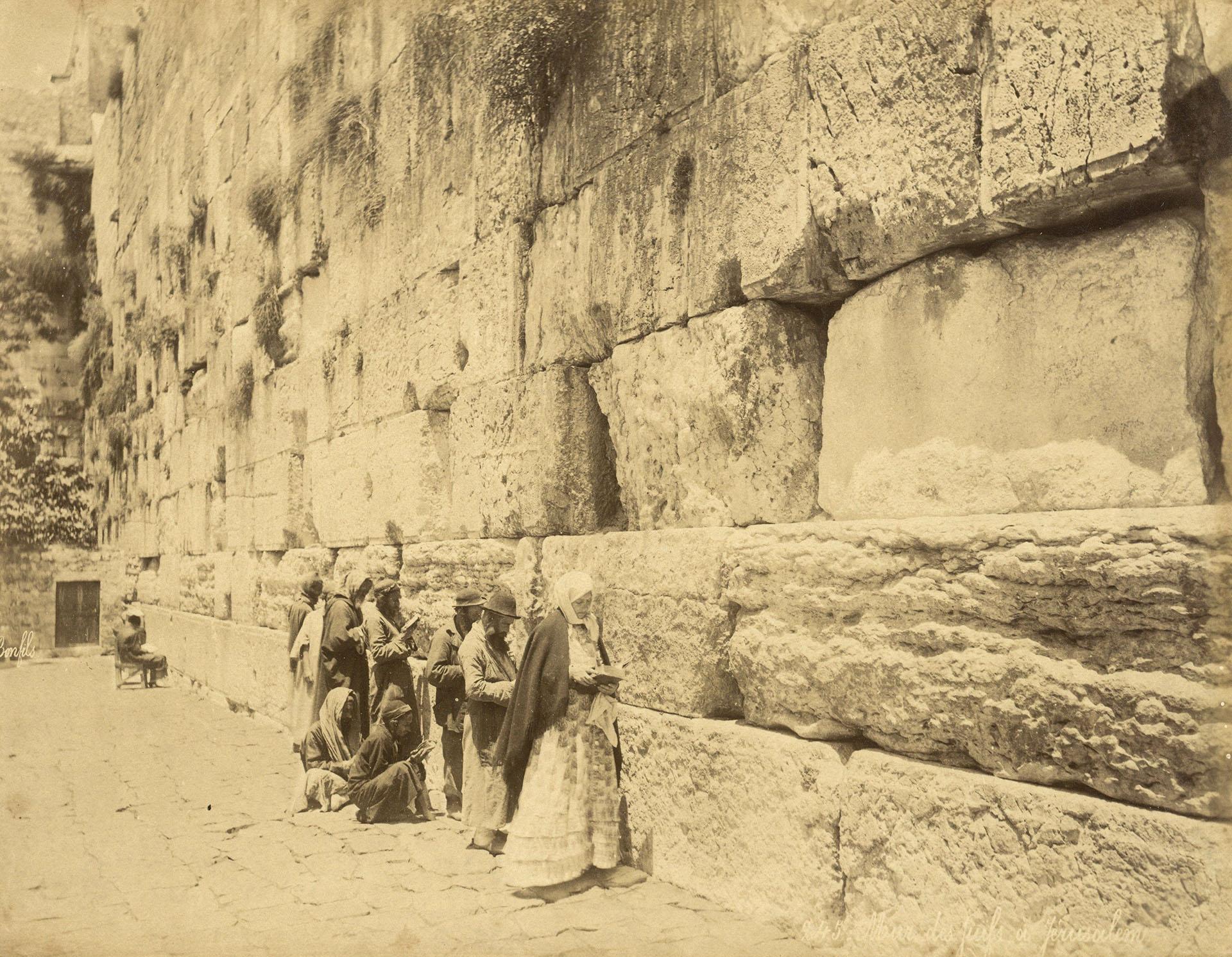 Personas judías rezando en el Muro Occidental, también conocido como Muro de las Lamentos, en la ciudad Vieja de Jerusalén, alrededor de 1880. EFE/Jacob Wahrman Archive