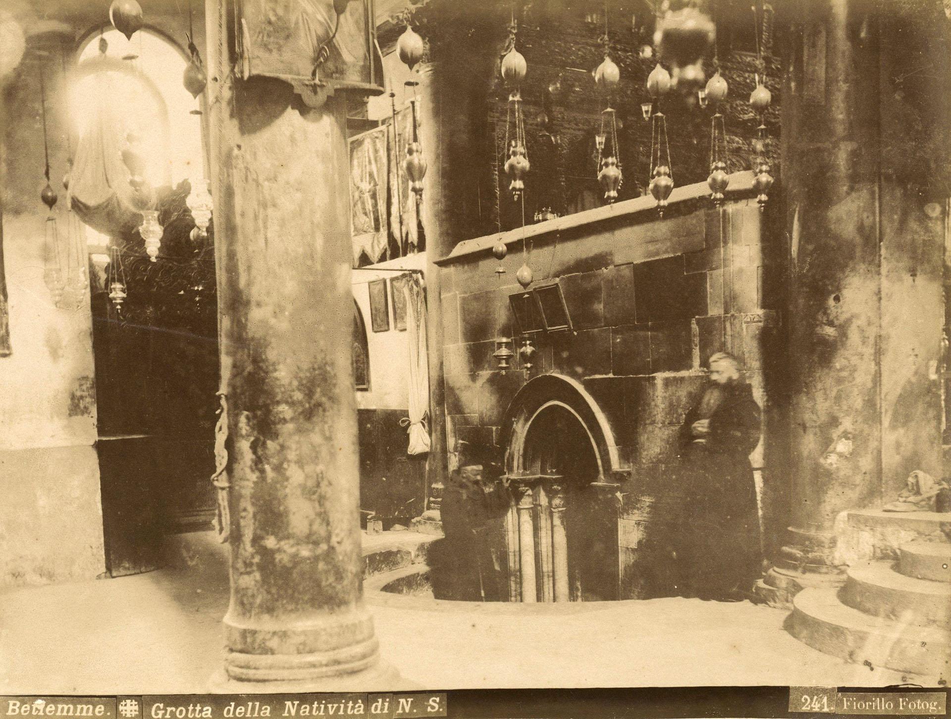 Elinterior de la Iglesia de la Natividad en Belén durante la década de 1880. Es el sitio más antiguo utilizado continuamente como lugar de culto en el cristianismo, y la basílica es la iglesia principal más antigua de Tierra Santa. Forma parte del álbum de L. Florillo. EFE/Jacob Wahrman Archive