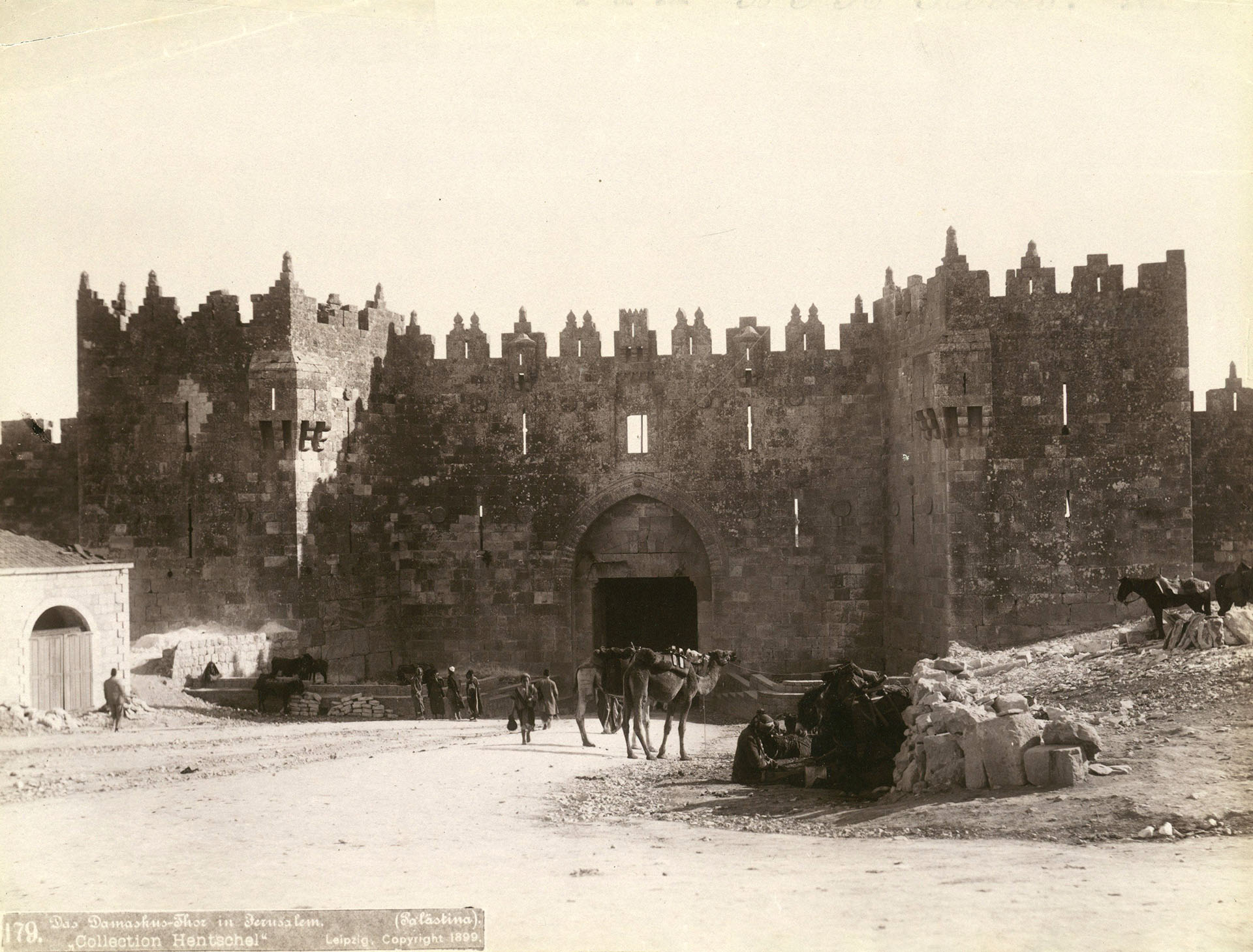 La puerta de Damasco, una de las principales entradas a la Ciudad Vieja de Jerusalén. Fotografía tomada en 1899. EFE/Bruno Hentschel