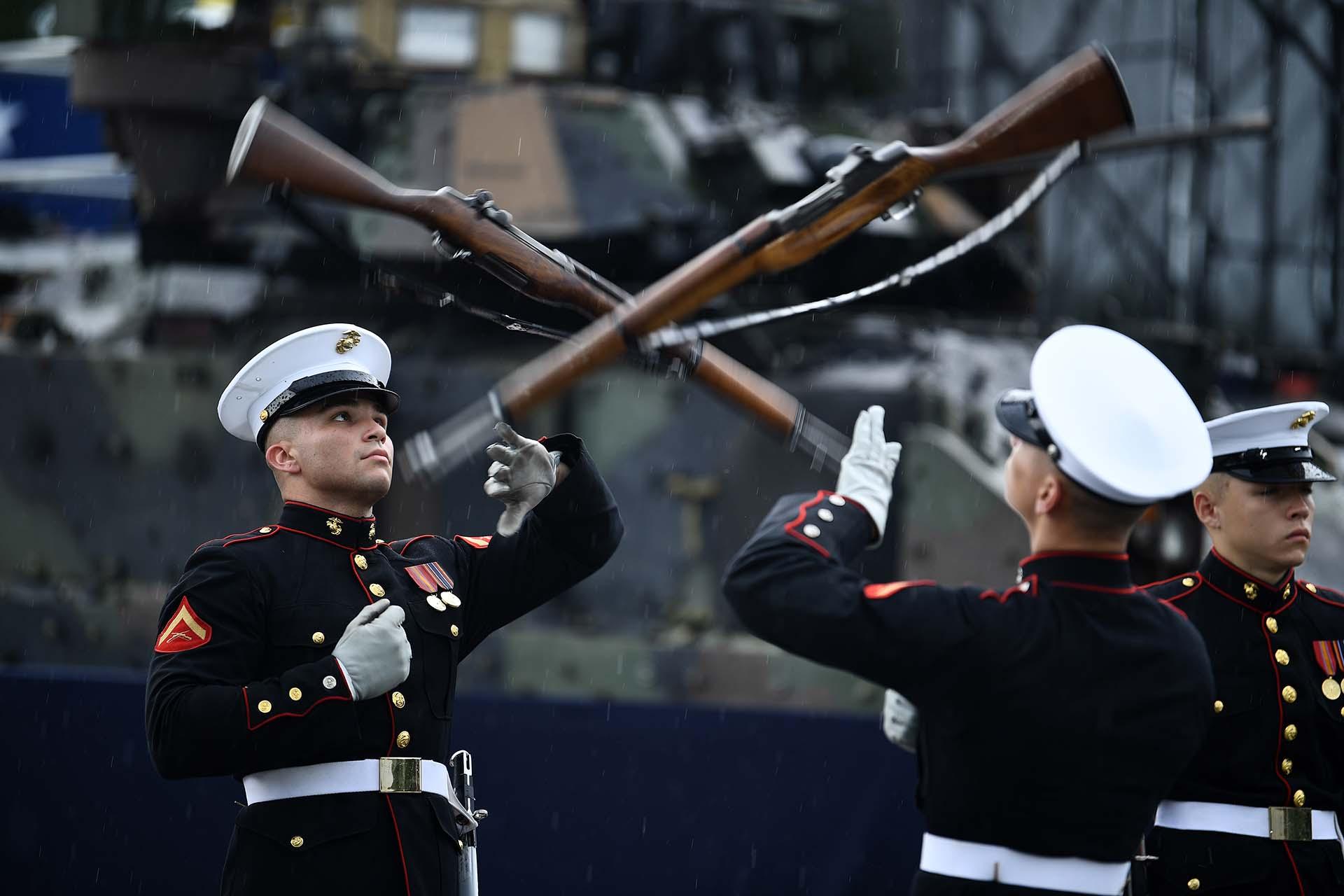 Soldados realizaron demostraciones con armas durante la ceremonia