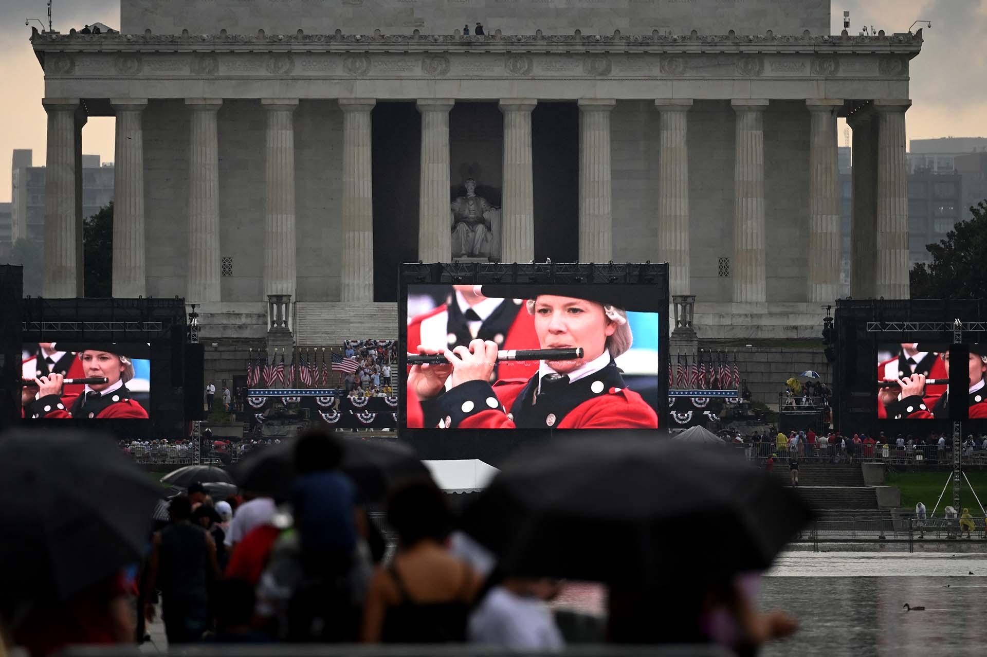Cientos de seguidores de Trump observaron su discurso desde el monumento a Lincoln