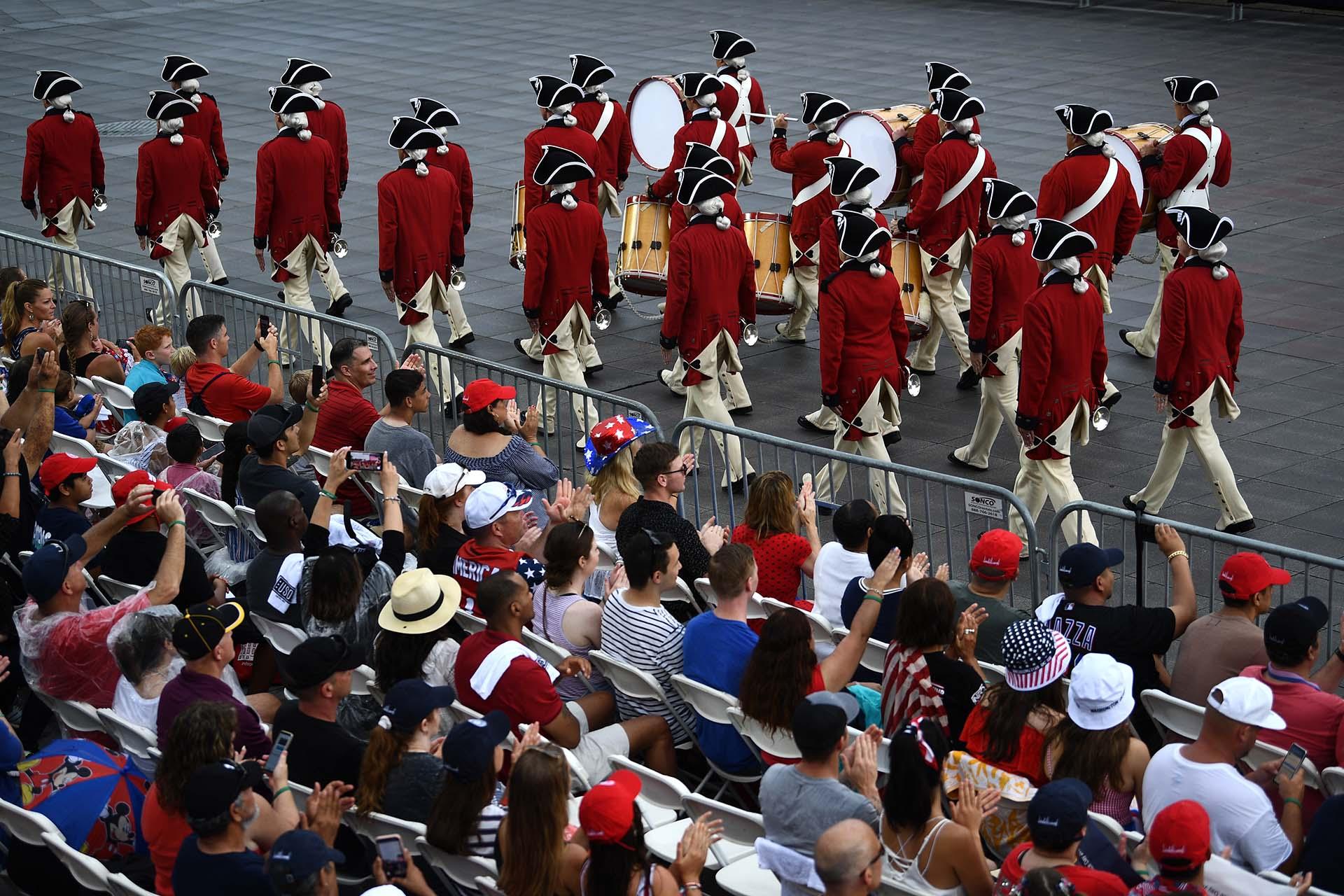La banda de tambores y vientos marchó frente a la multitud