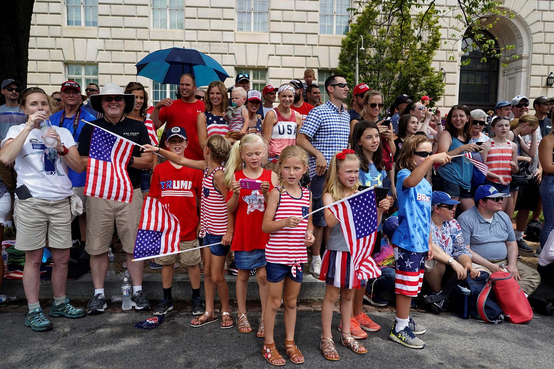 Adultos y niños observaron el desfile de tropas militares enla Constitution Ave de Washington
