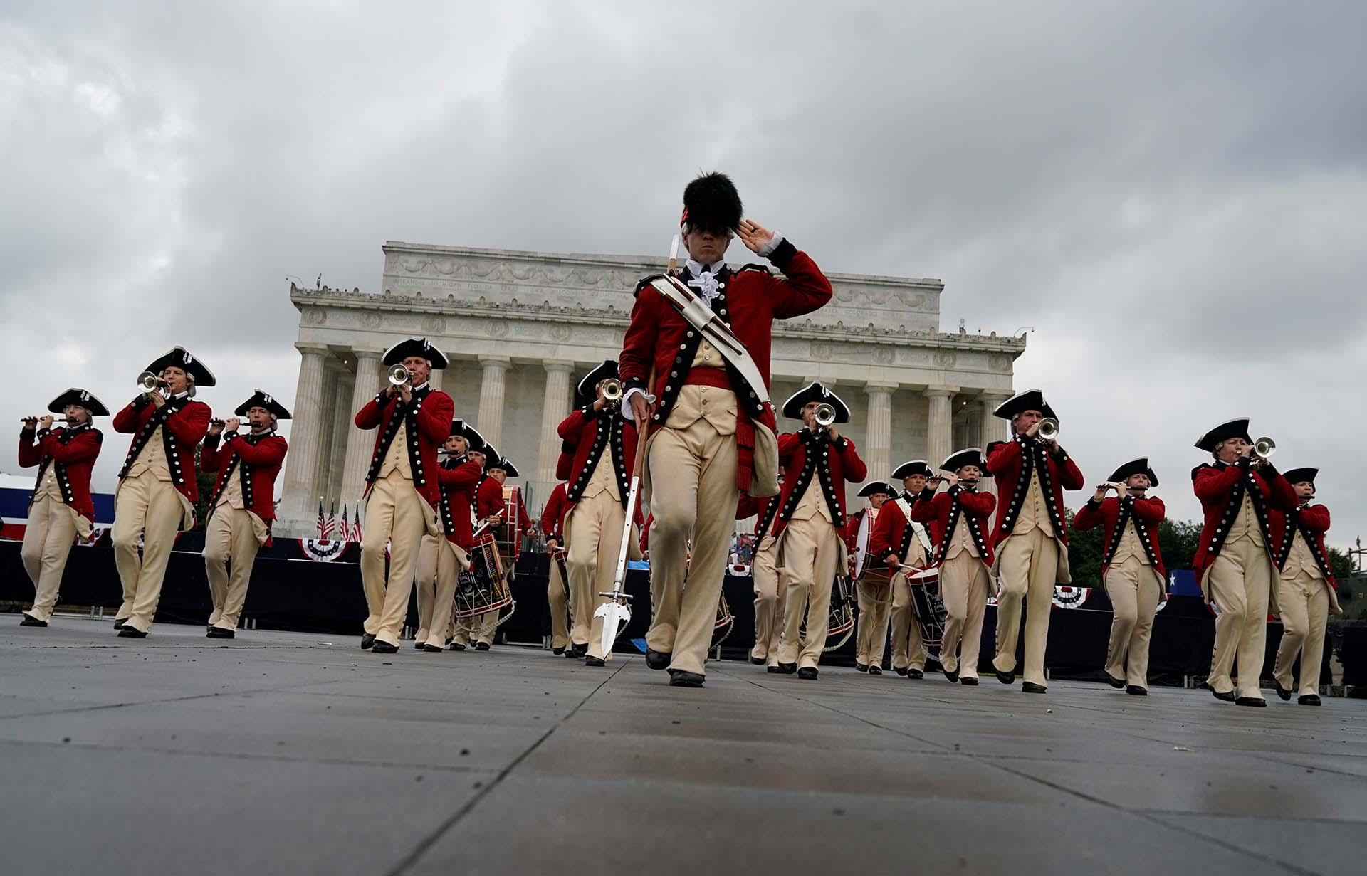 El cuerpo de tambores y vientos de la Marina se encargó de la música de la celebración