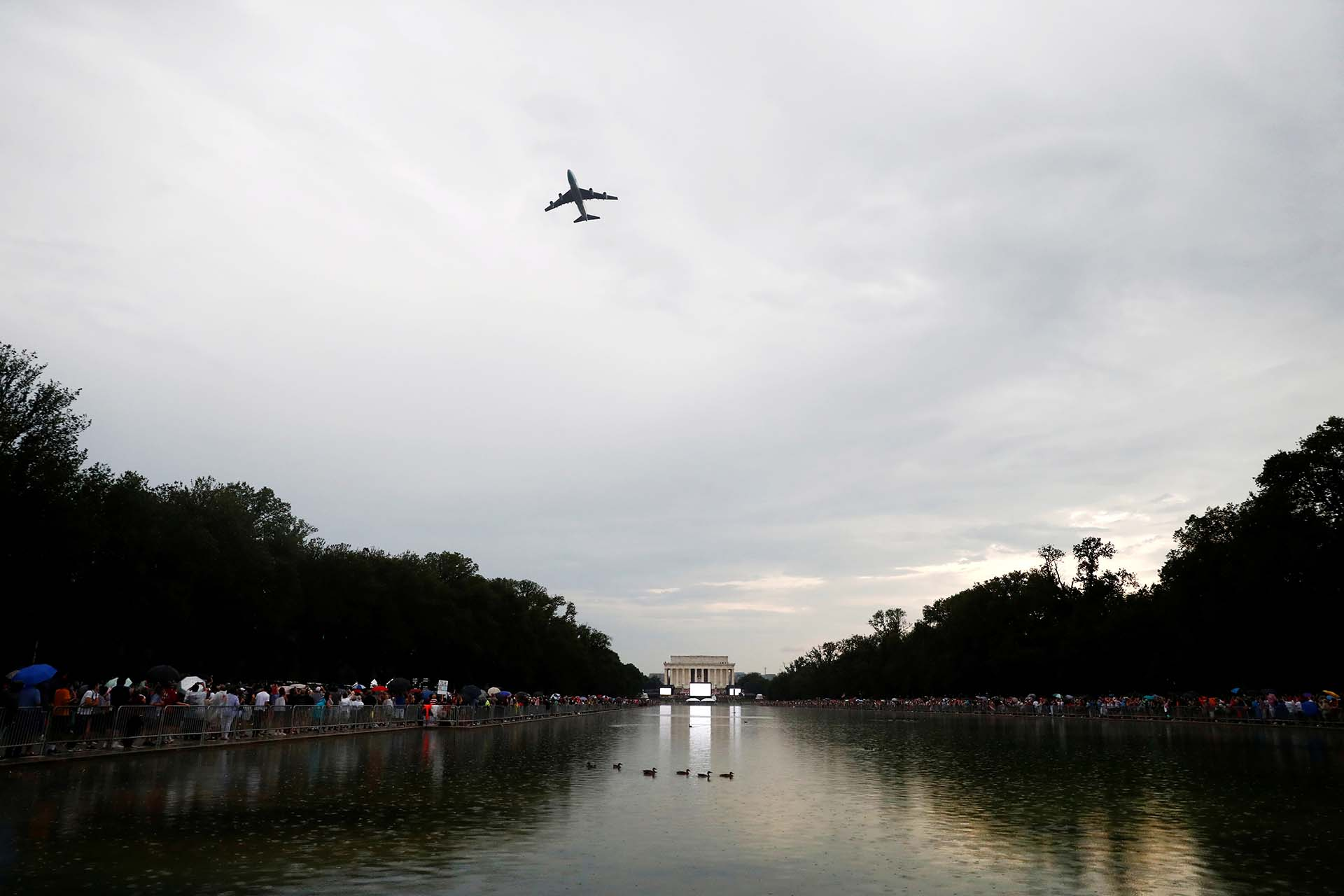 El avión presidencial Air Force One sobrevoló la zona donde se realizó el acto en Washington