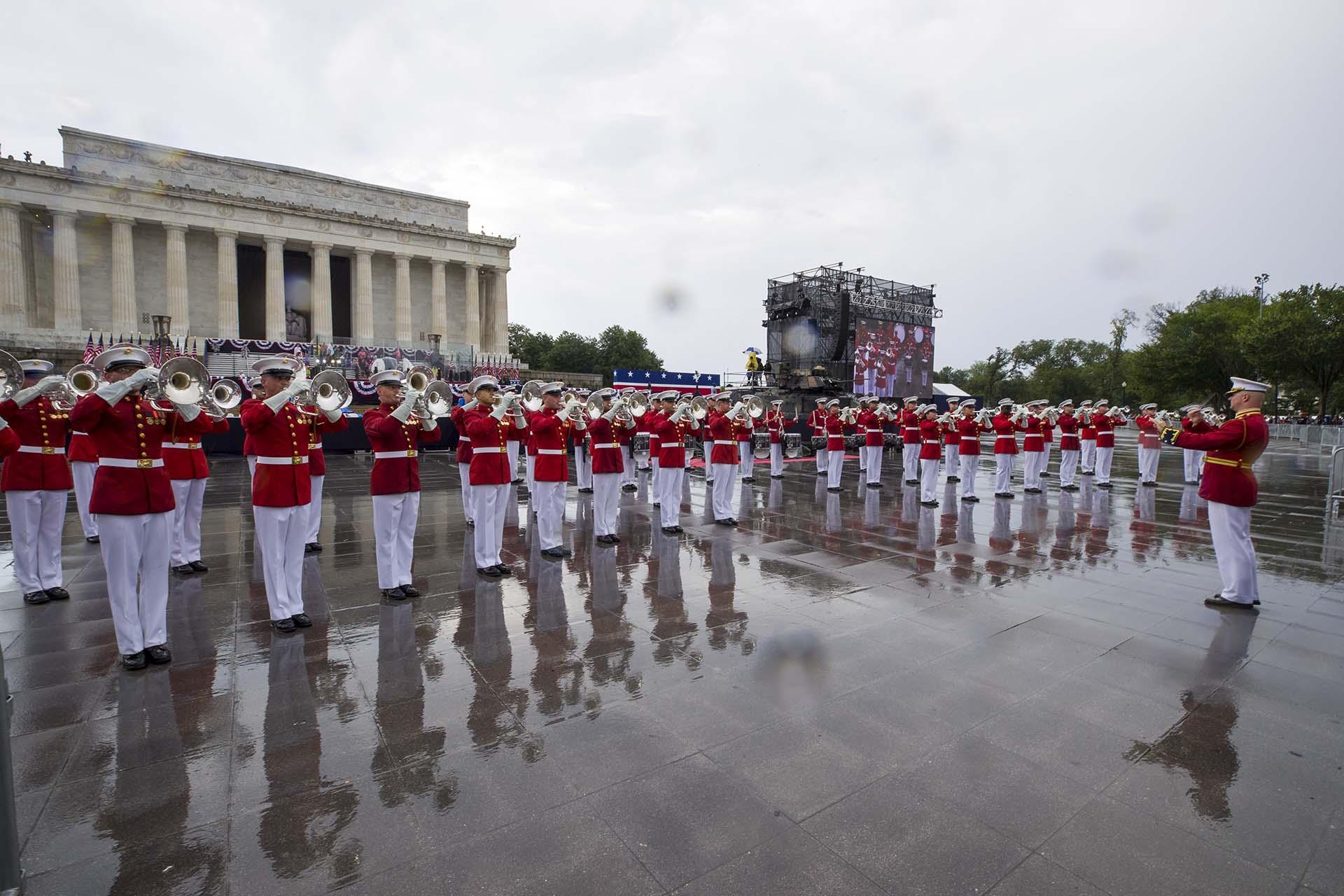 El cuerpo moderno de tambores y cornetas de la Marina de EEUU actuó bajo la lluvia antes del discurso de Trump