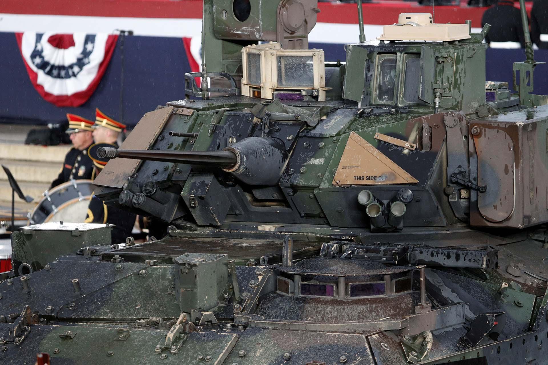 Las tropas exhibieron un vehículo de combate Bradley a metros del escenario donde habló Trump