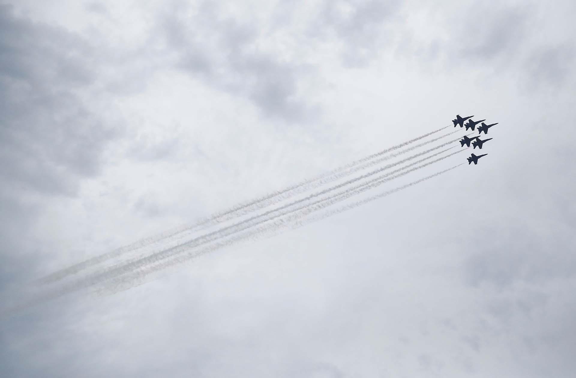 Aviones del escuadrón de Blue Angels de la Marina de los EEUU hicieron una demostración de vuelo