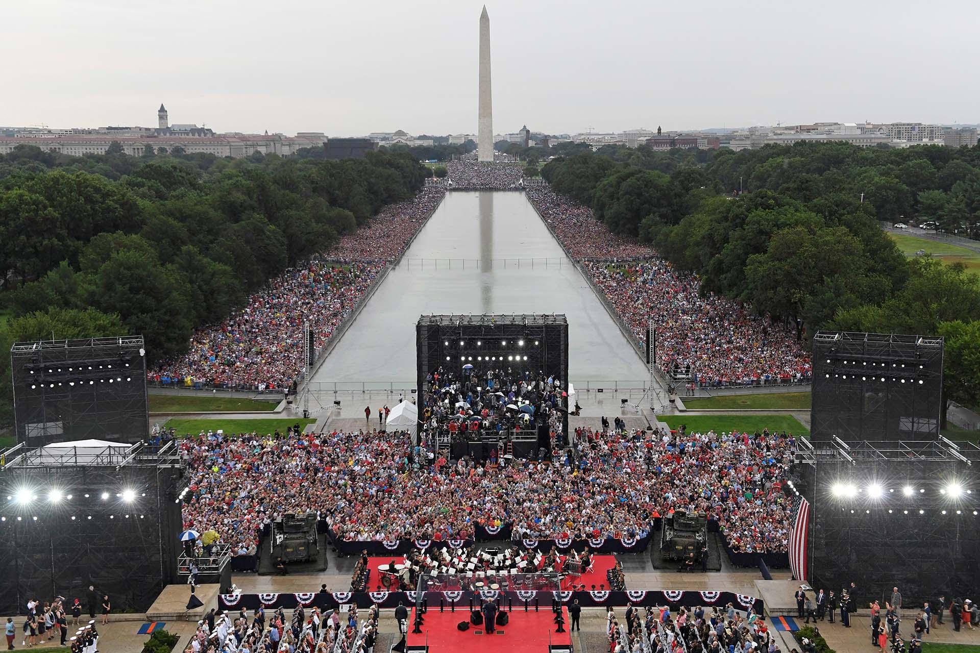 Las exhibición de tanques militares, el sobrevuelo de aviones de combate y un discurso desde el Monumento de Lincoln configuraron una celebración que tuvo más tono de campaña electoral que del tradicional y apolítico acto de los 4 de Julio