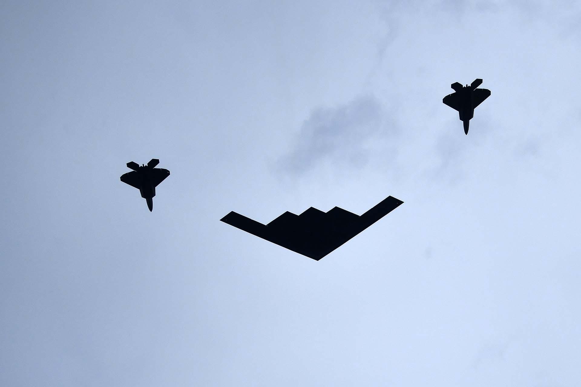 Un avión B-2 Spirit, escoltado por dos F-22 Raptors, pasó por encima del Lincoln Memorial