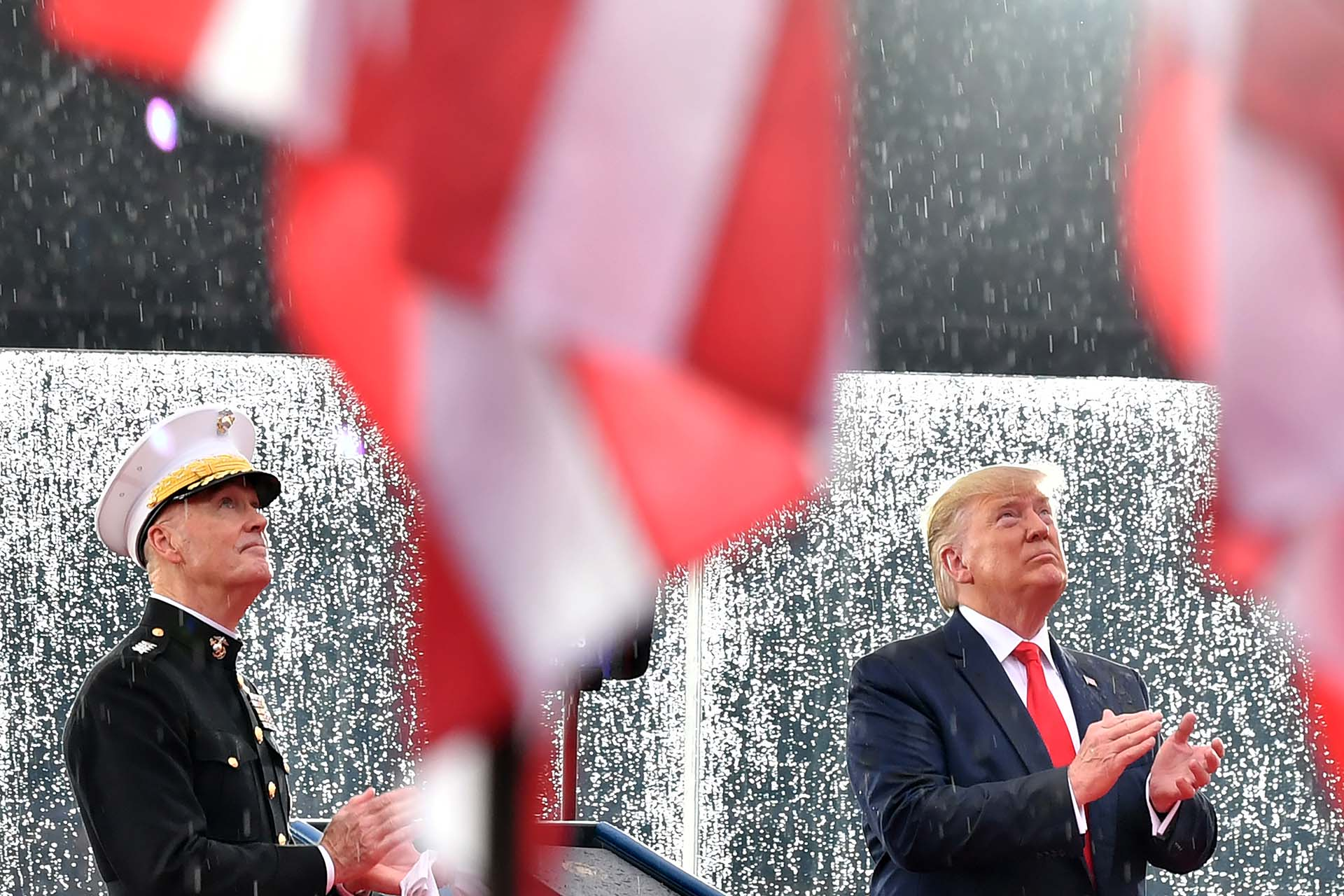 Donald Trump y Joseph Dunford, presidente del Estado Mayor Conjunto de los Estados Unidos, observaron las demostraciones de vuelo en Washington