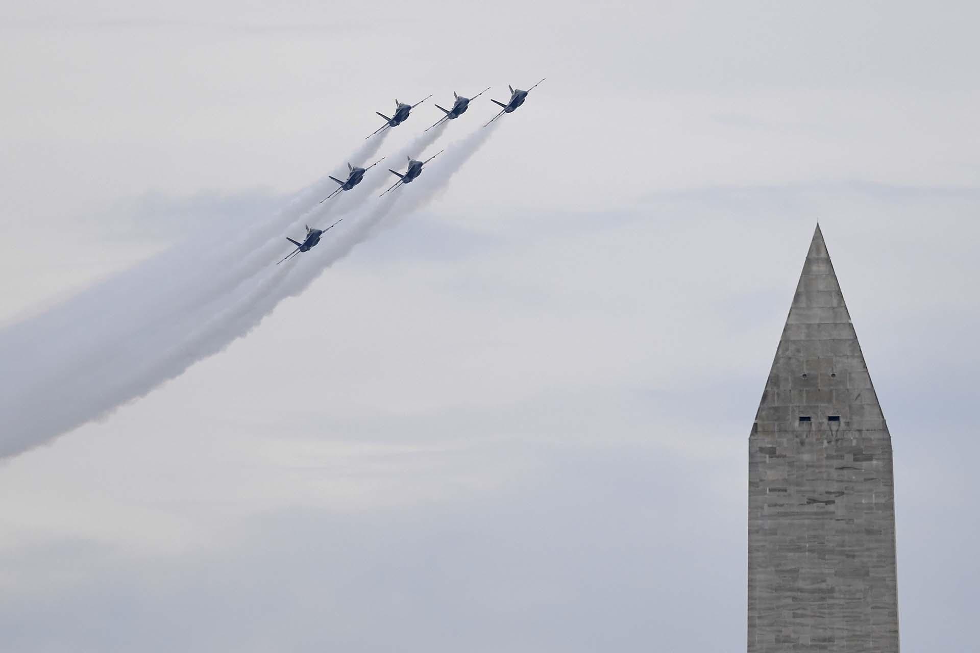 Aviones del escuadrón Blue Angels también volaron cerca del monumento a Washington