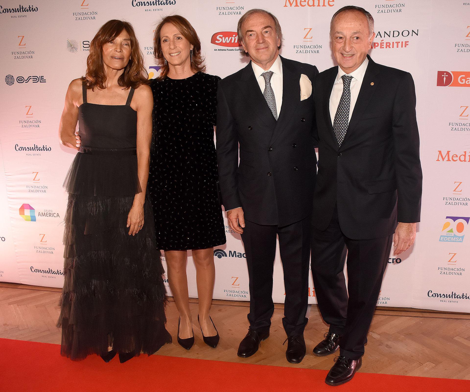 El matrimonio Zaldivar junto aMiguel Acevedo, presidente de la Unión Industrial Argentina (UIA) y su mujer