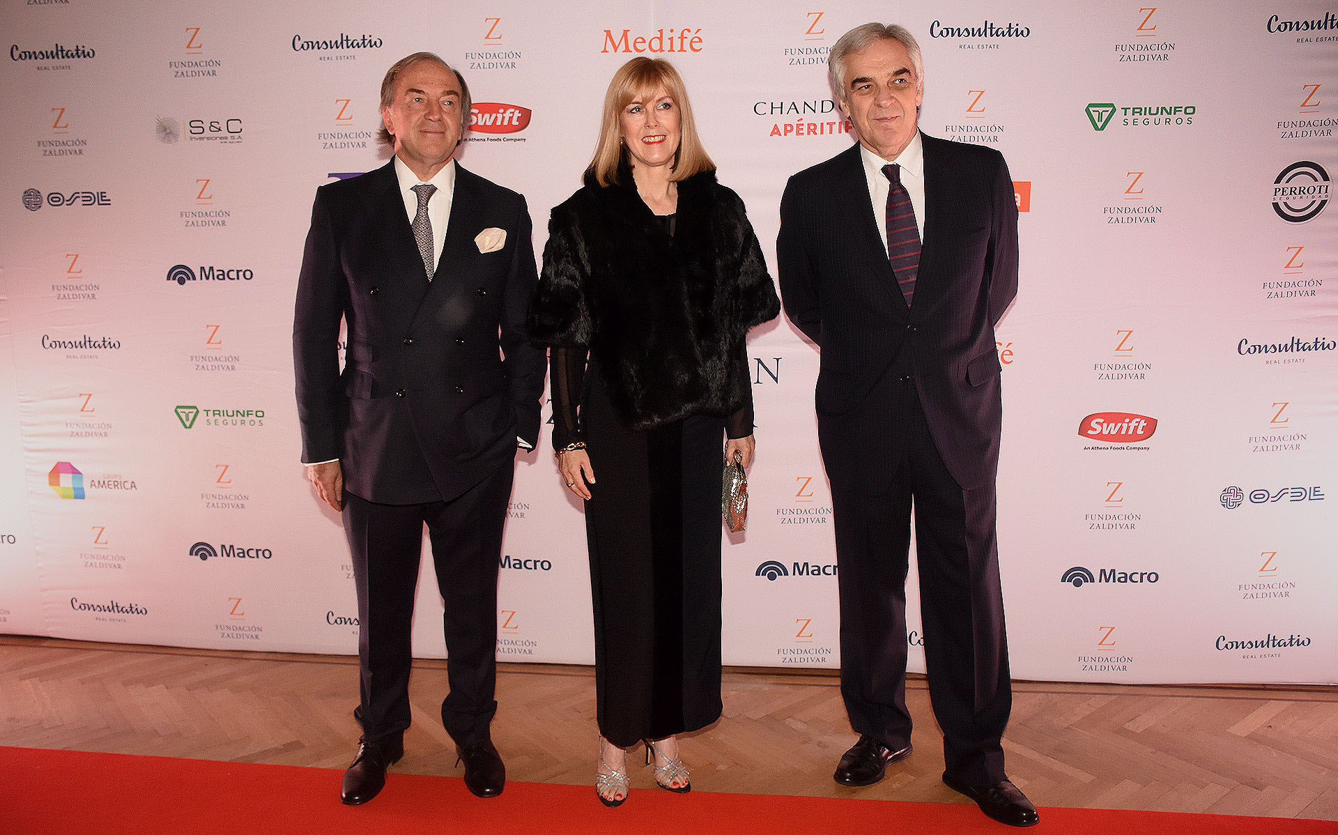 Roberto Zaldivar junto al embajador español, Javier Sandomingo y su esposa Meghan Sandomingo