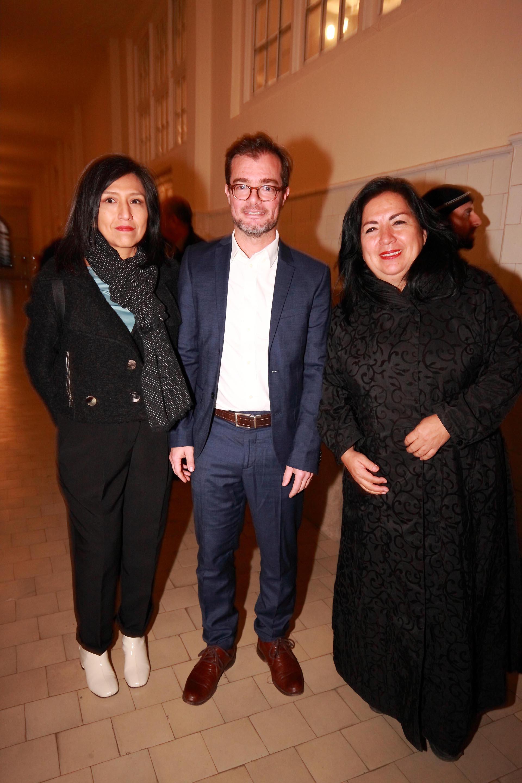 Las artistas Claudia Coca, de Perú, Betsabé Romero, de México con el Ministro de Cultura, Enrique Avogrado.