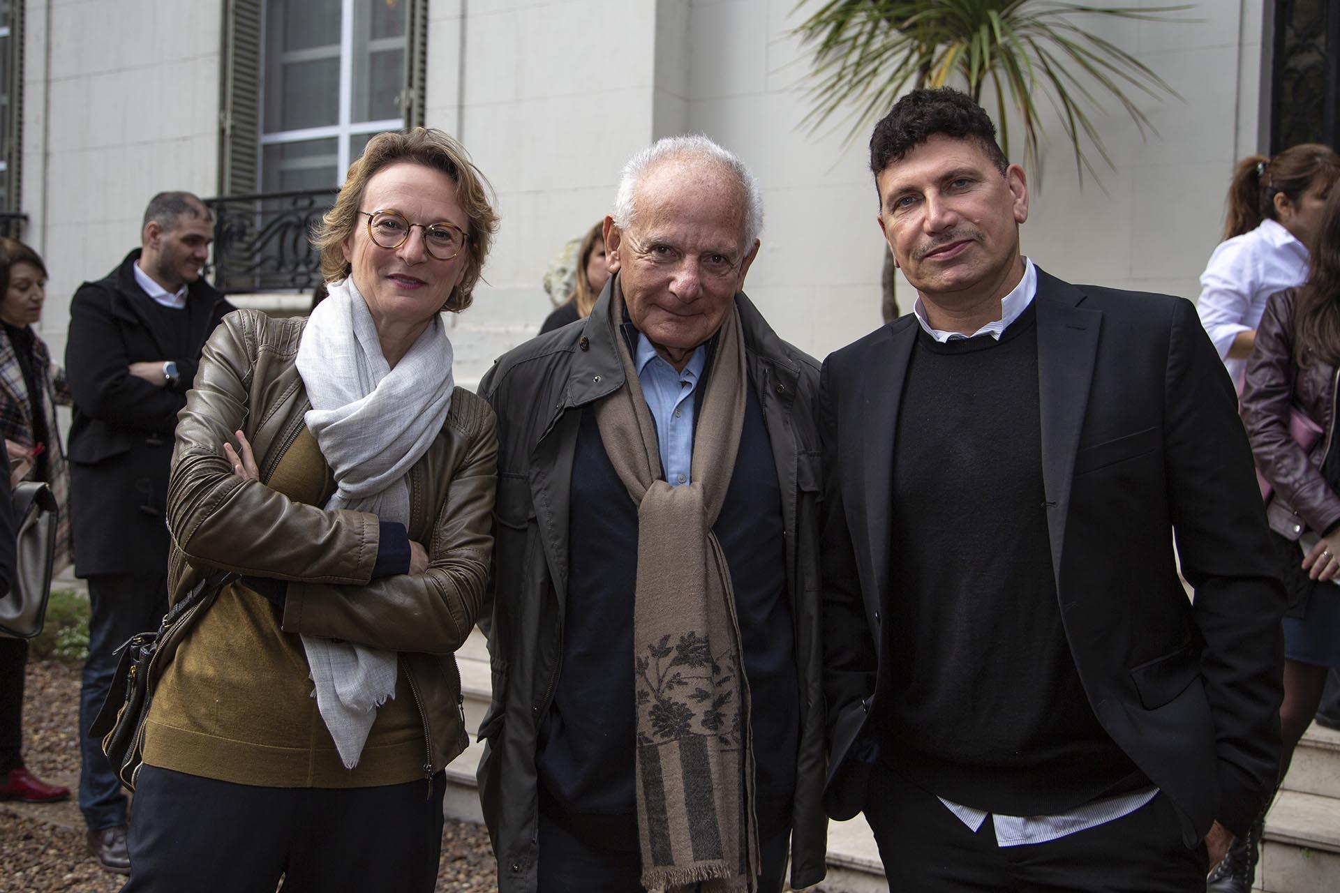 La curadora Paula Aizemberg, el cineasta y coleccionista Marin Kartmiz y el artista iraní Reza Aramesh. (Embajada de Italia ©jimenasalvatierra)