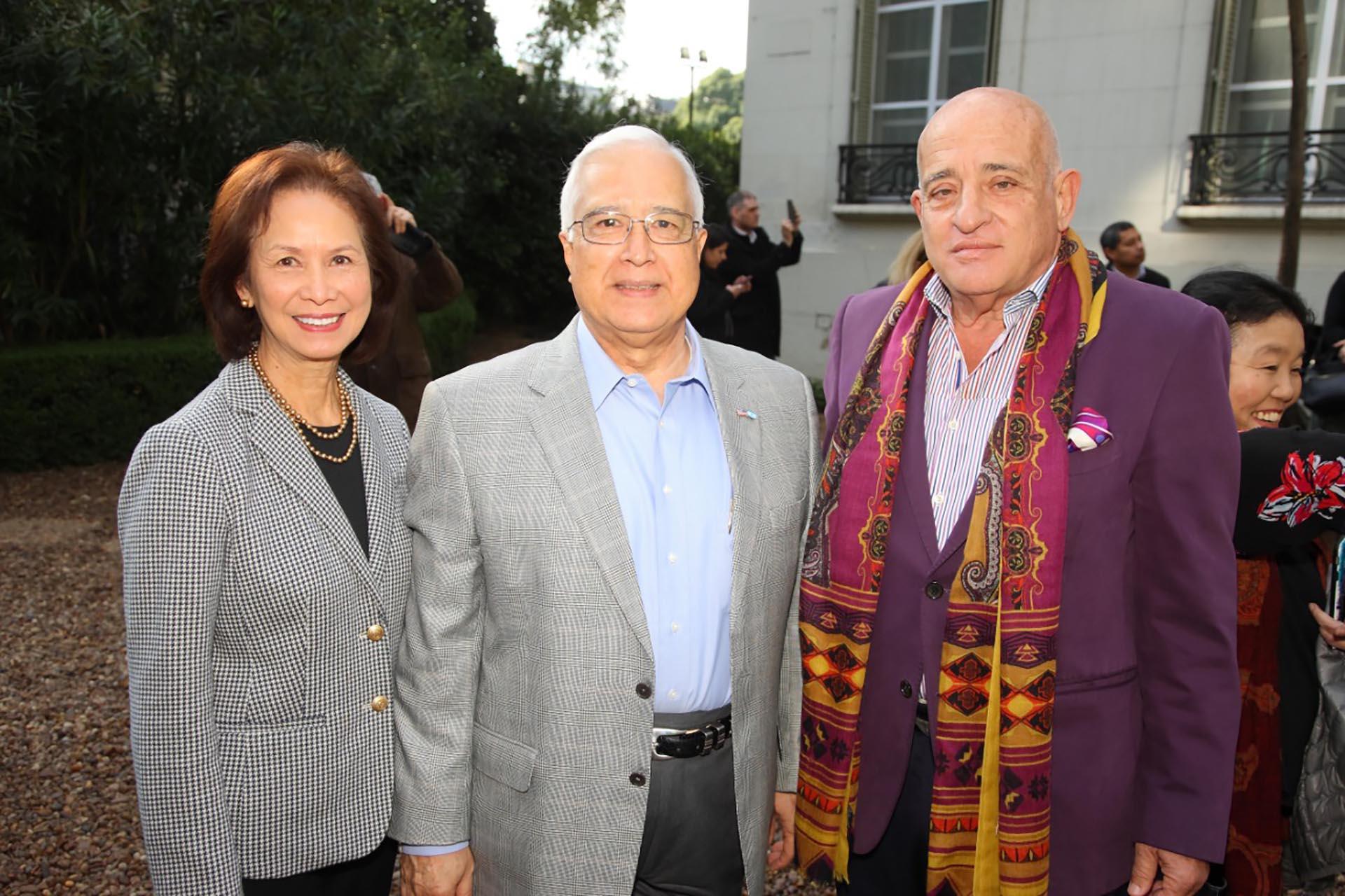 El embajador de los Estados Unidos, Edward Prado, y su esposa Maria con Anibal Jozami