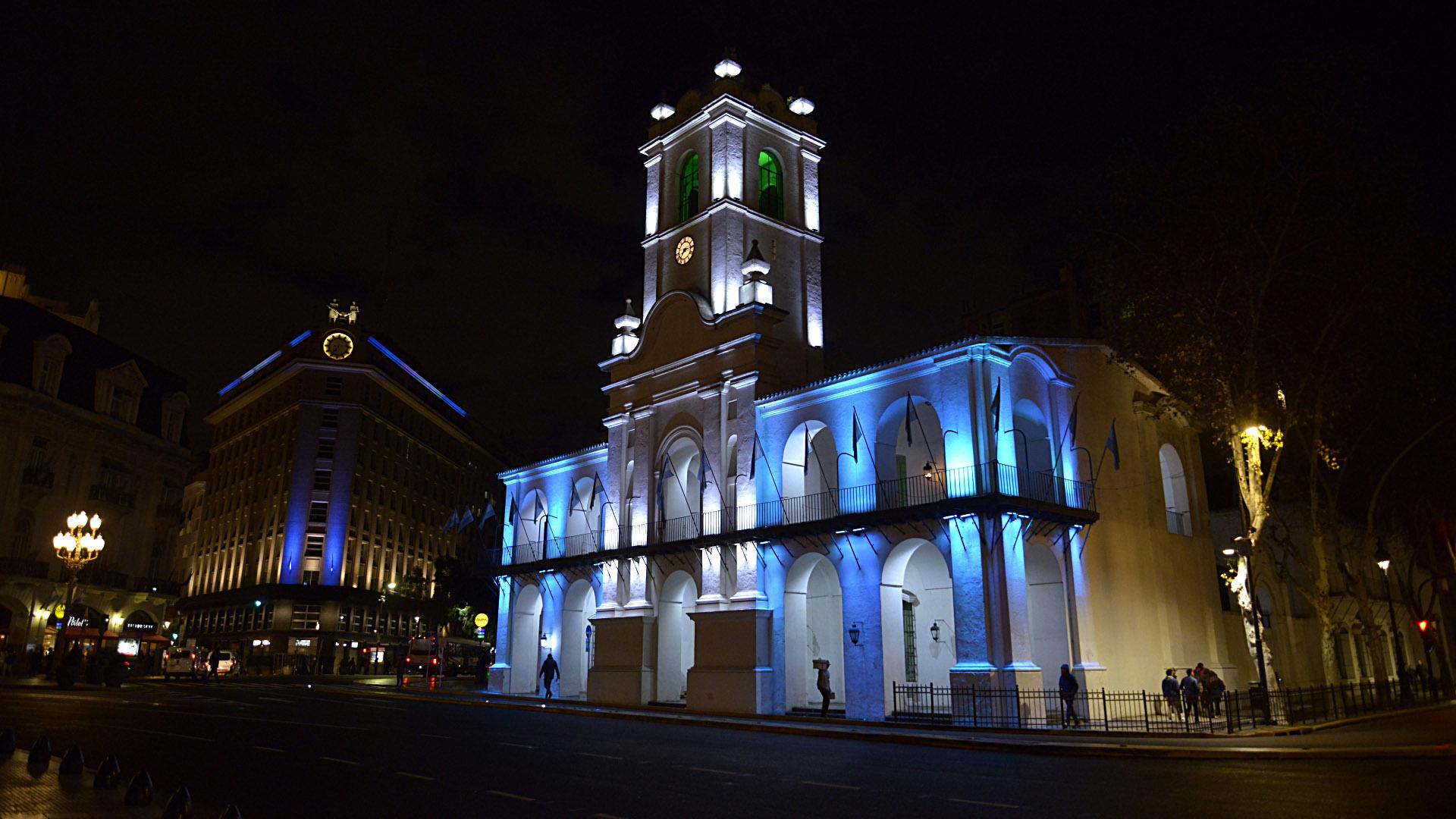 Los monumentos más importantes de la ciudad fueron iluminados con los colores patrios por el aniversario de la Independencia (Fotos: Gustavo Gavotti)