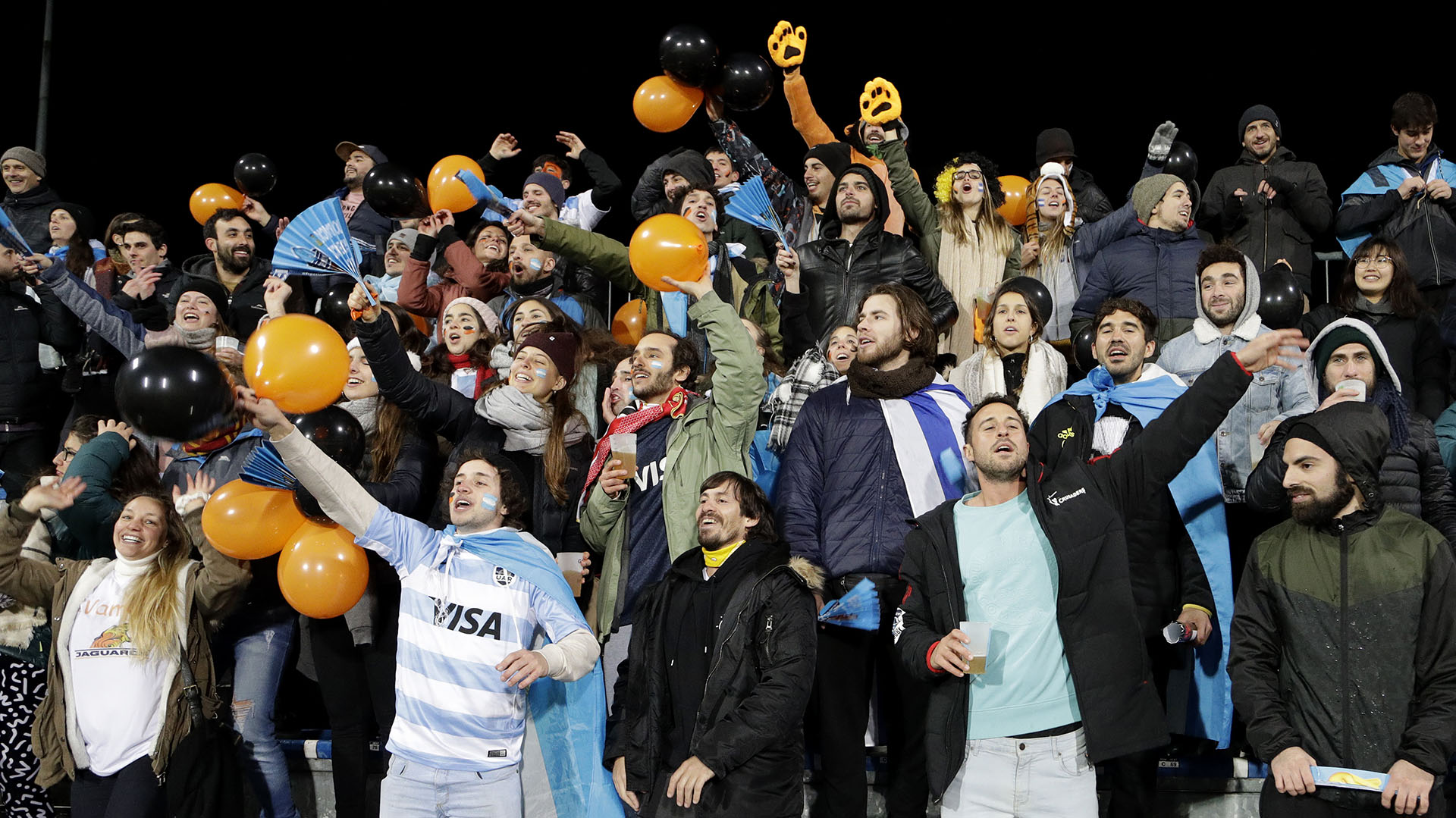 La hinchada argentina saluda el ingreso de Jaguares para disputar la final del Súper Rugby. (AP Photo/Mark Baker)