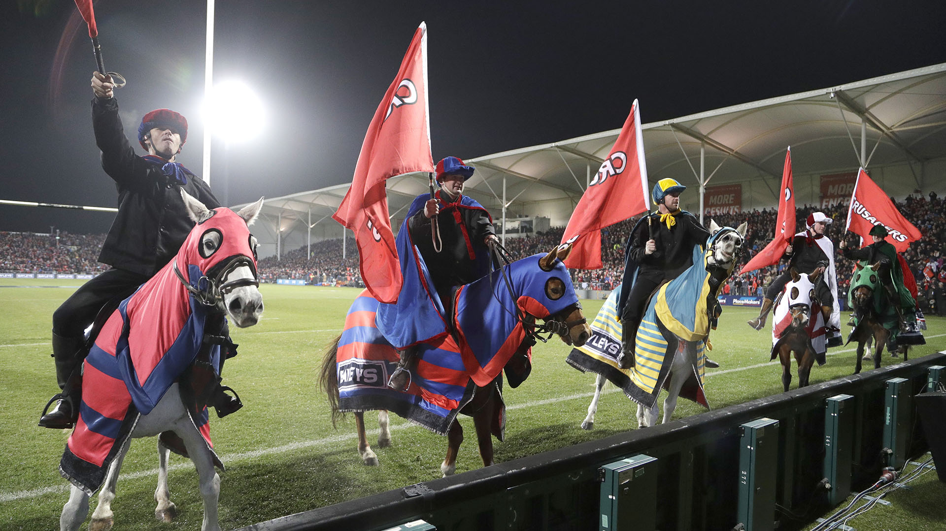 Los jinetes de Crusaders, en la previa de la final en Christchurch, saluda a las tribunas. (AP Photo/Mark Baker)