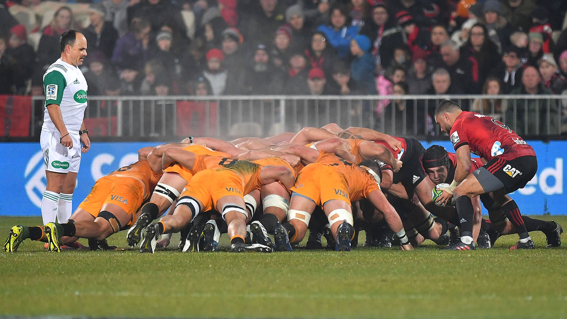 Bryn Hall toma la pelota durante un scrum del primer tiempo. (Photo by Marty MELVILLE / AFP)