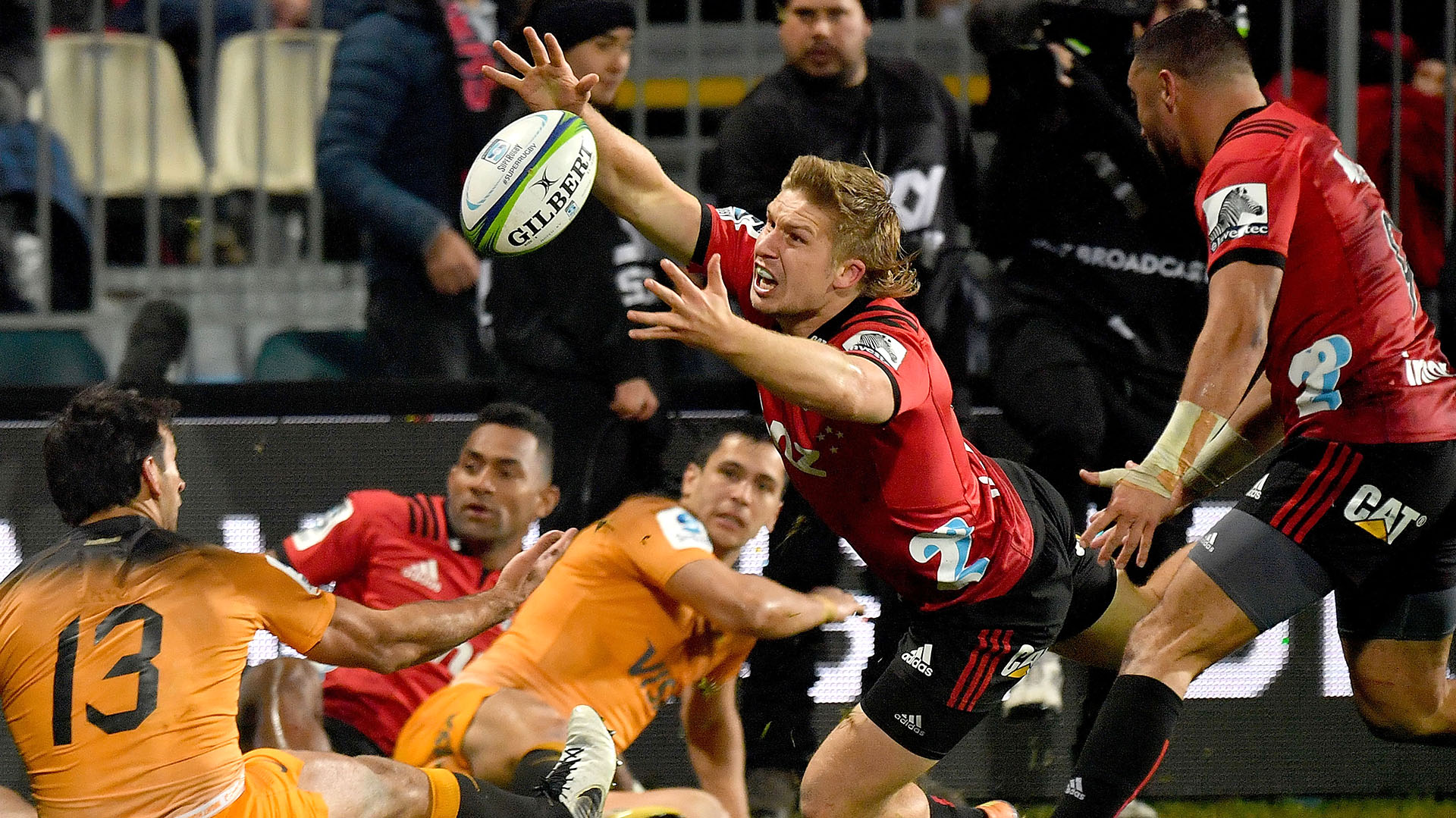 Jack Goodhue va por el balón durante la final entre Jaguares y Crusaders. (Photo by Marty MELVILLE / AFP)