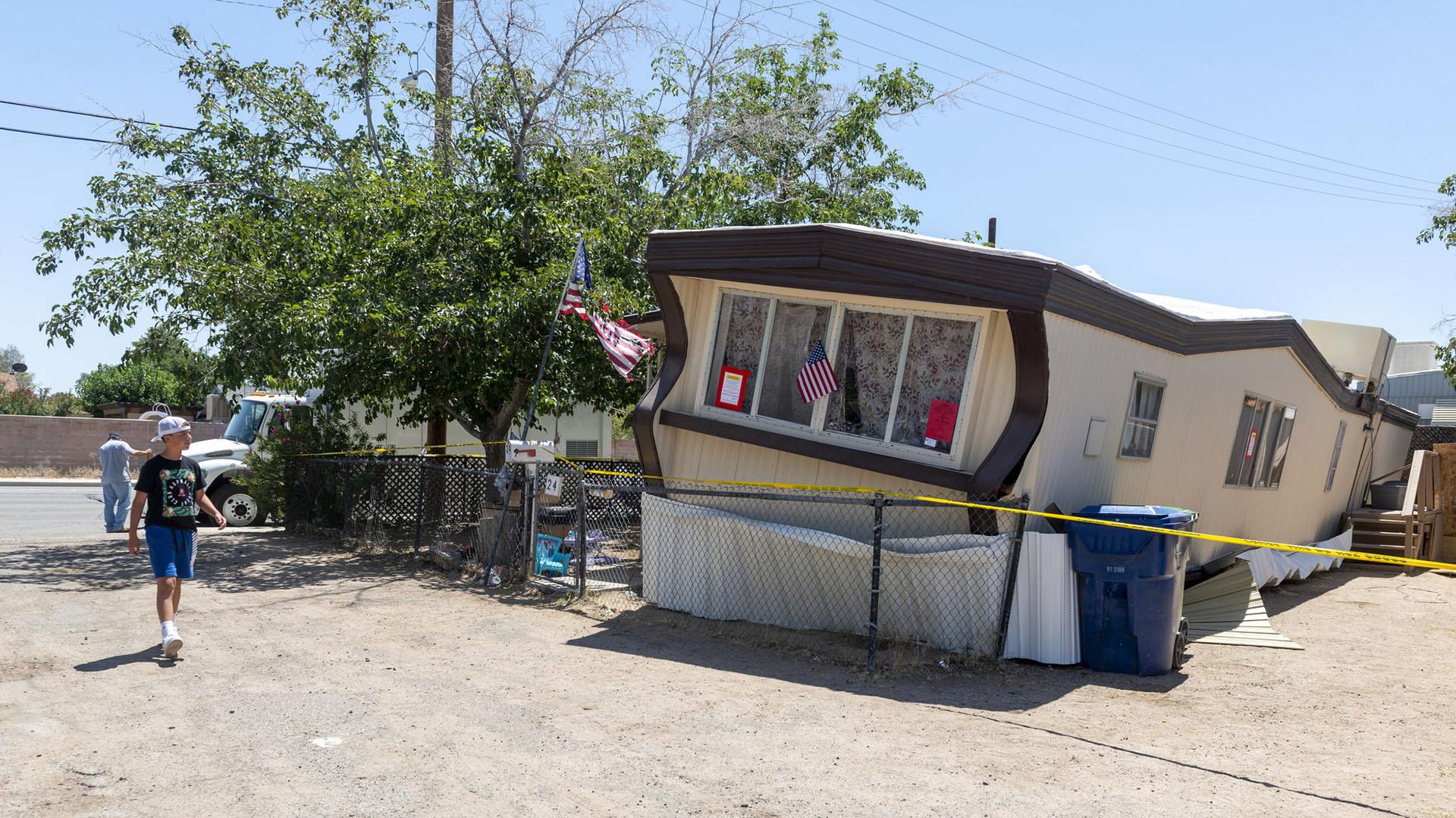 """El Departamento de Bomberos del condado de San Bernardino informó a través de Twitter que el sismo produjo """"deslizamientos de viviendas, grietas de cimientos y muros de contención""""(AP)"""