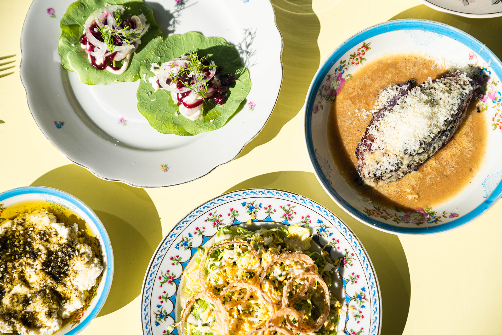 El formato se asemeja a la nueva moda de comida asiática oriental, que plantea la dinámica de las comidas como en un banquete de platos compartidos