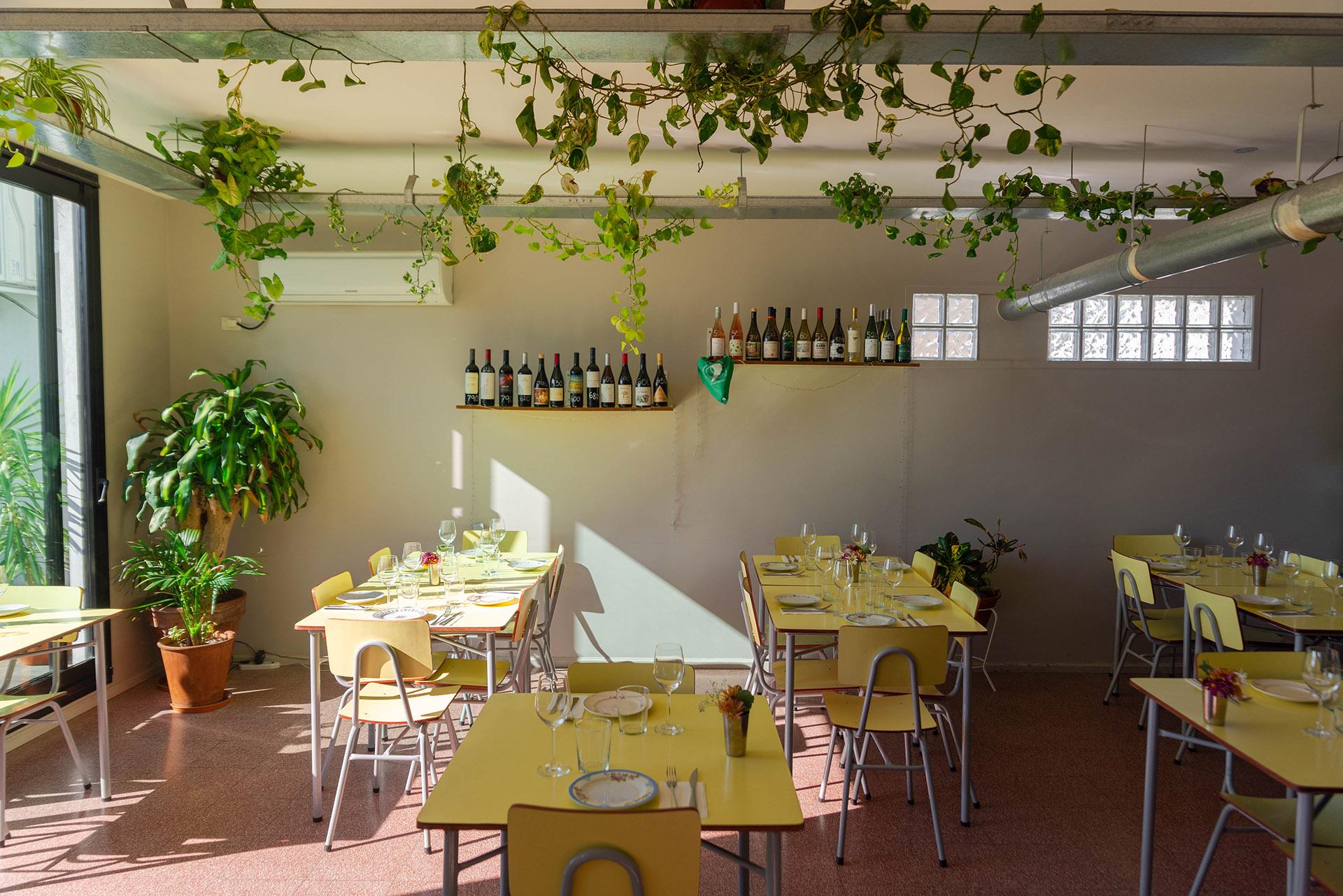 """El ambiente es relajado y amigable. Las mesas parecen pupitres escolares y la vajilla le da ese """"toque"""" de comedor familiar"""