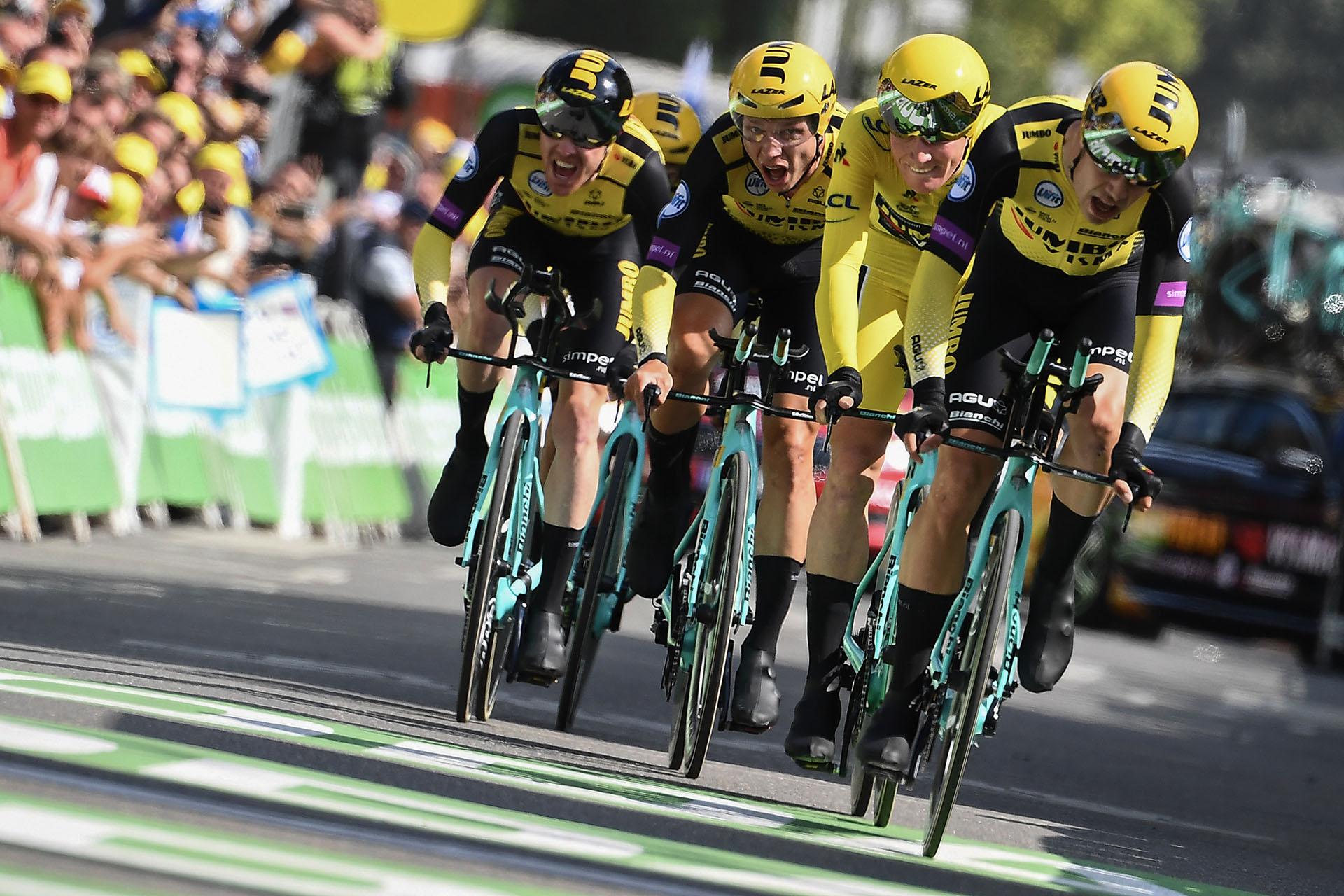 El equipo Jumbo del holandés Mike Teunissen, maillot amarillo el sábado tras la primera etapa del Tour de Francia, ganó la segunda, una contrarreloj por equipos de 27,6 kilómetros, este domingo en Bruselas