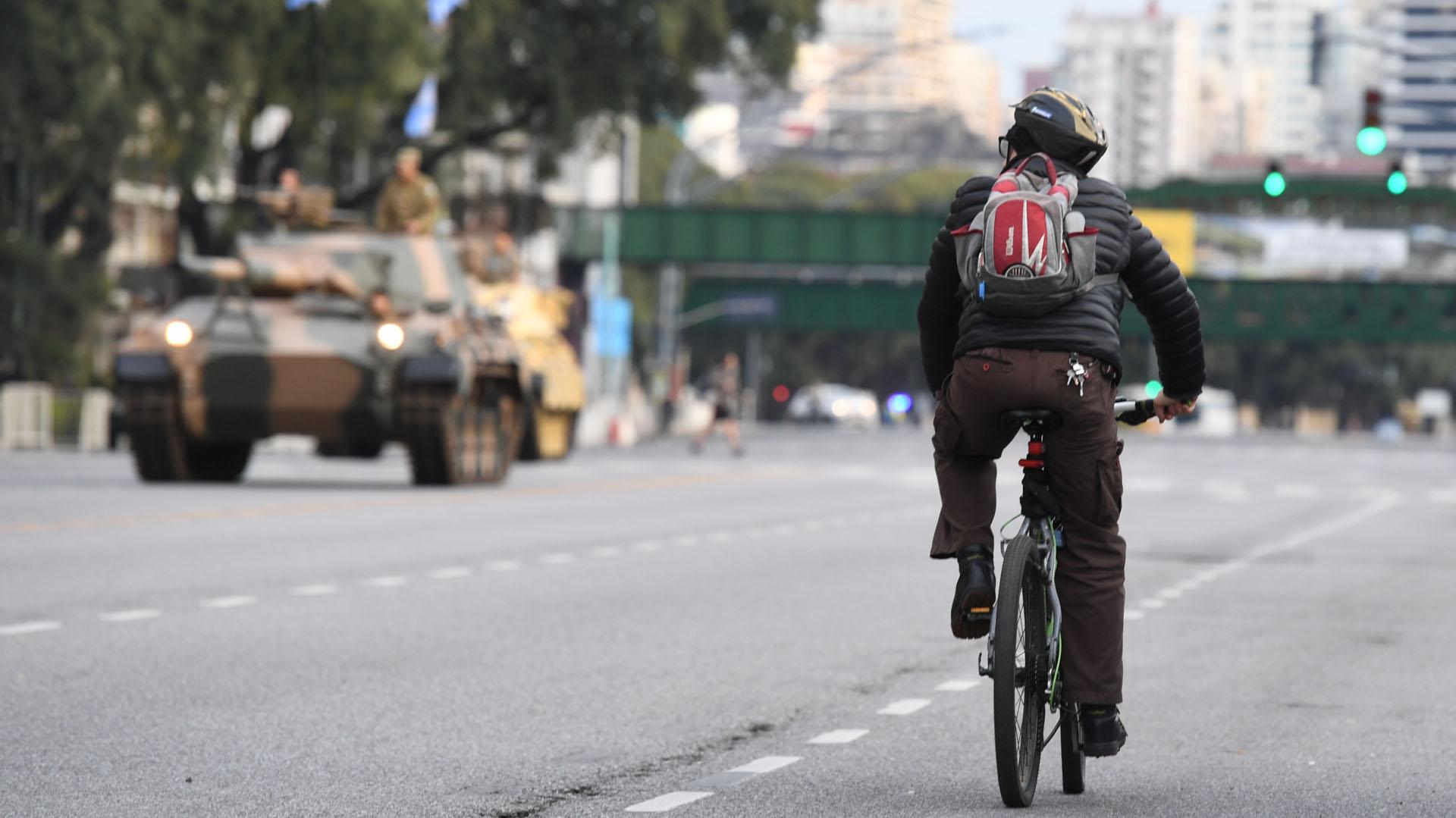 Los vecinos de la ciudad de Buenos Aires siguieron el desfile de los balcones, la calle y, en algunos casos, desde bicicletas