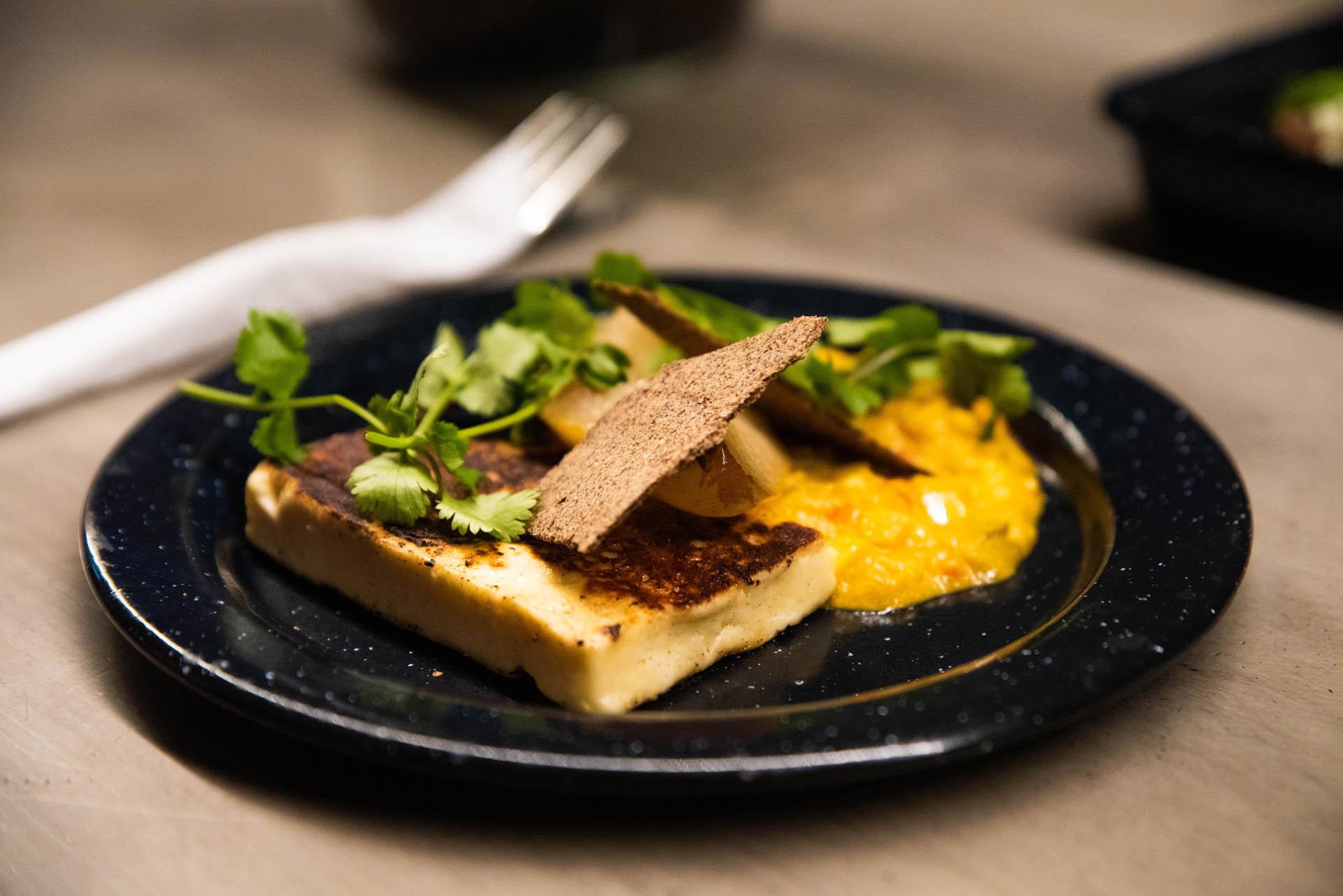 La carta sorprende con propuestas como el patacón, una comida típica de Centroamérica, tacos mexicanos y arepas colombianas