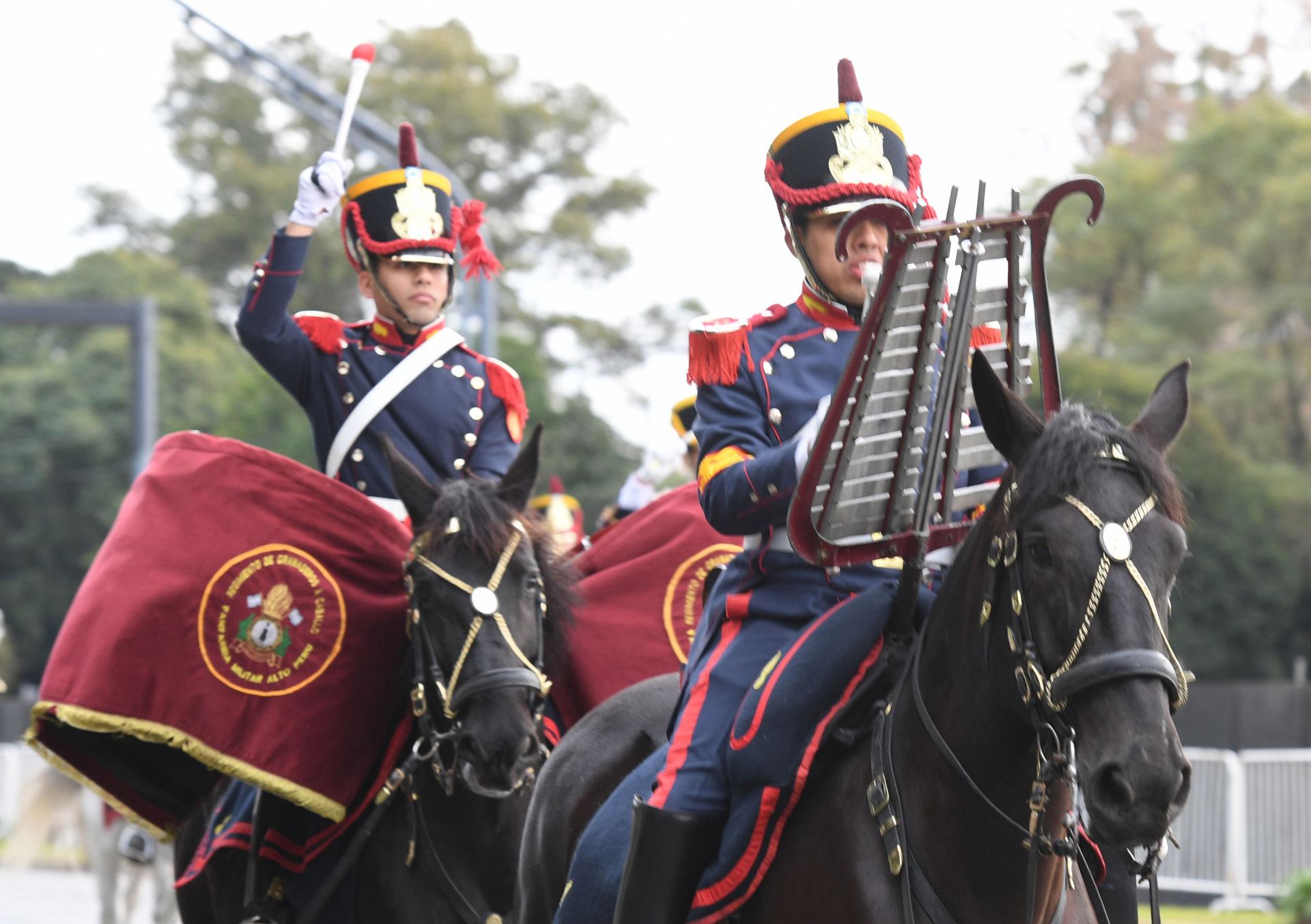 Los músicos fueron escoltados por un desfile de tropas del Estado Mayor Conjunto de las Fuerzas Armadas