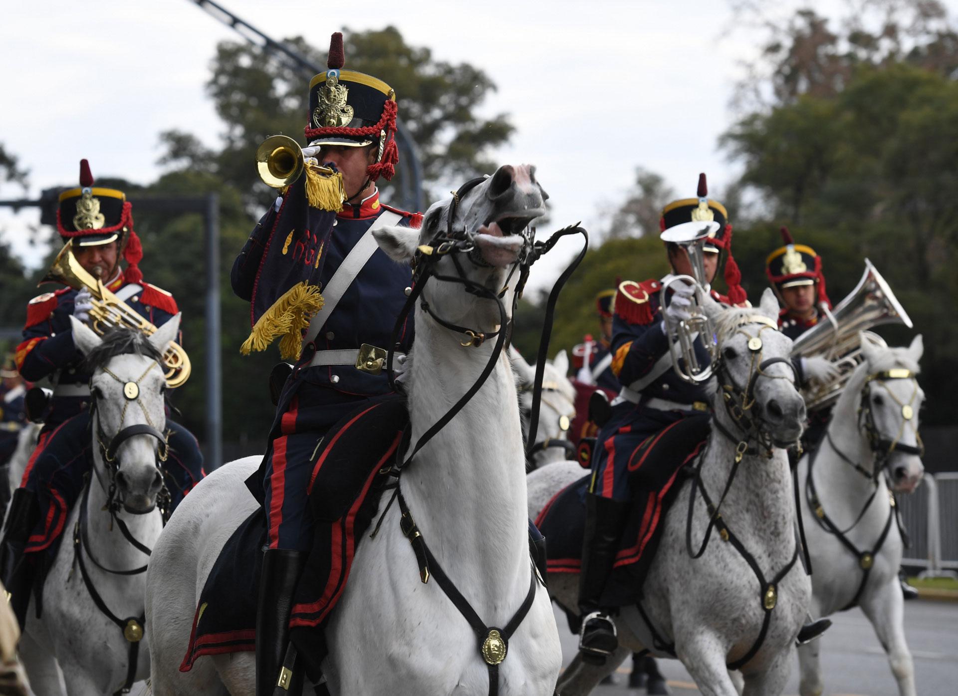 Las primeras en desfilar fueron las compañías de música de cada una de las tres Fuerzas Armadas