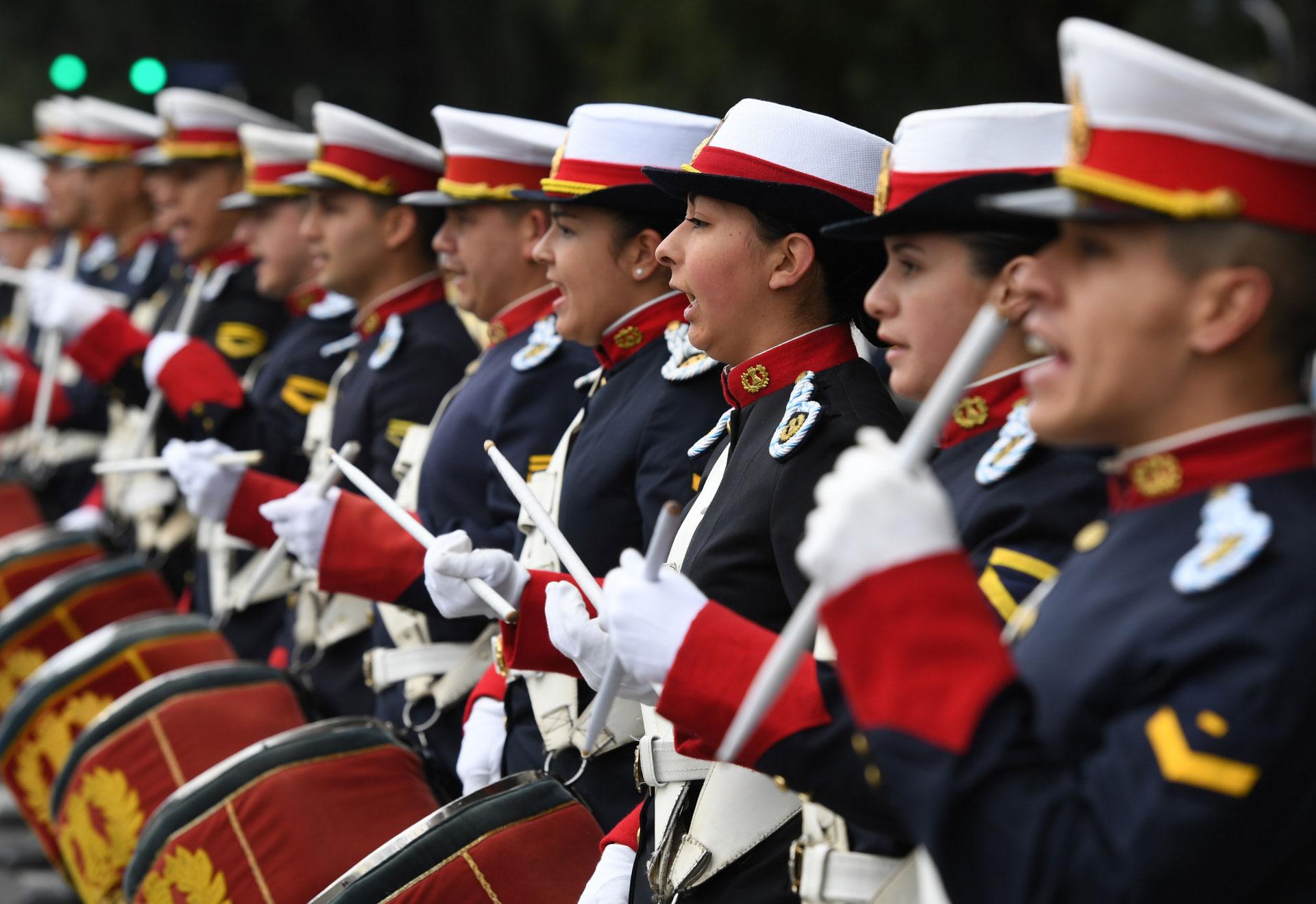 Los festejos comenzaron a las 12, cuando los músicos y efectivos de a pie, acompañados por aviones piloteados por integrantes de la Fuerza Aérea Argentina, iniciaron su marcha y repertorio musical.