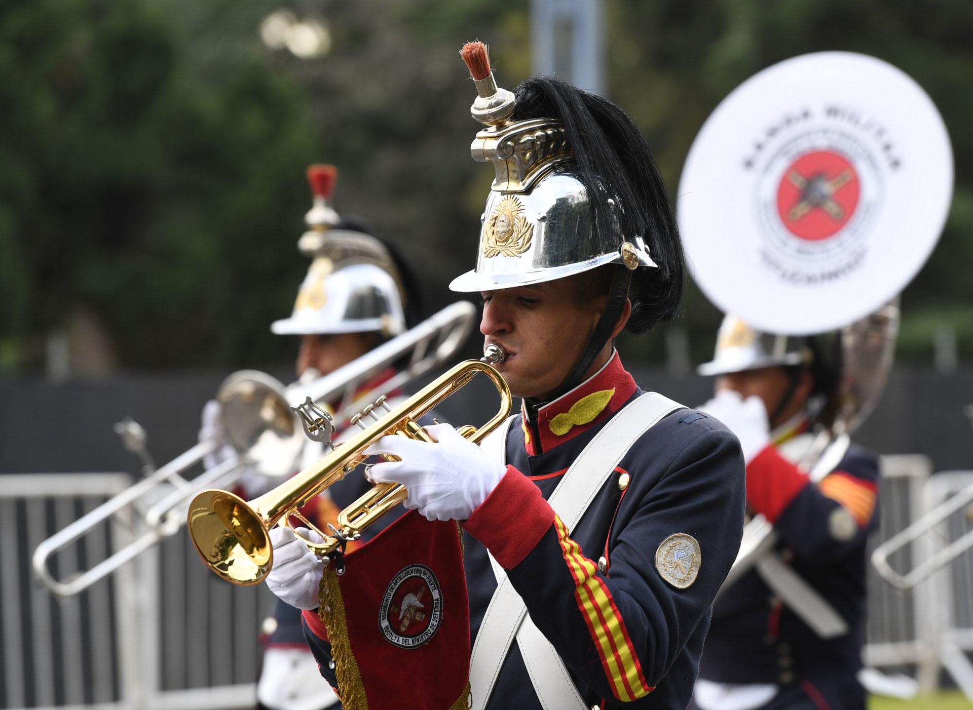 Los músicos del Ejército fueron la principal atracción de los chicos durante el desfile