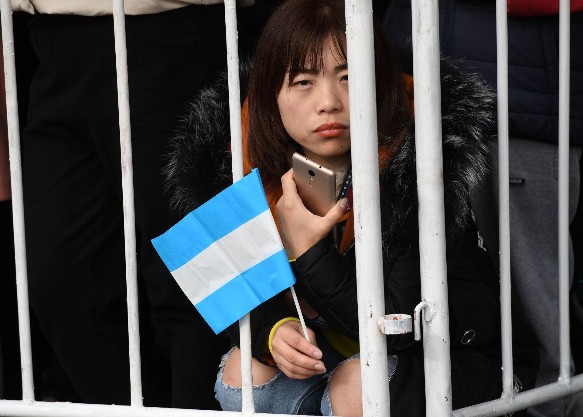 Los ciudadanos presenciaron el desfile con banderas argentinas en sus manos
