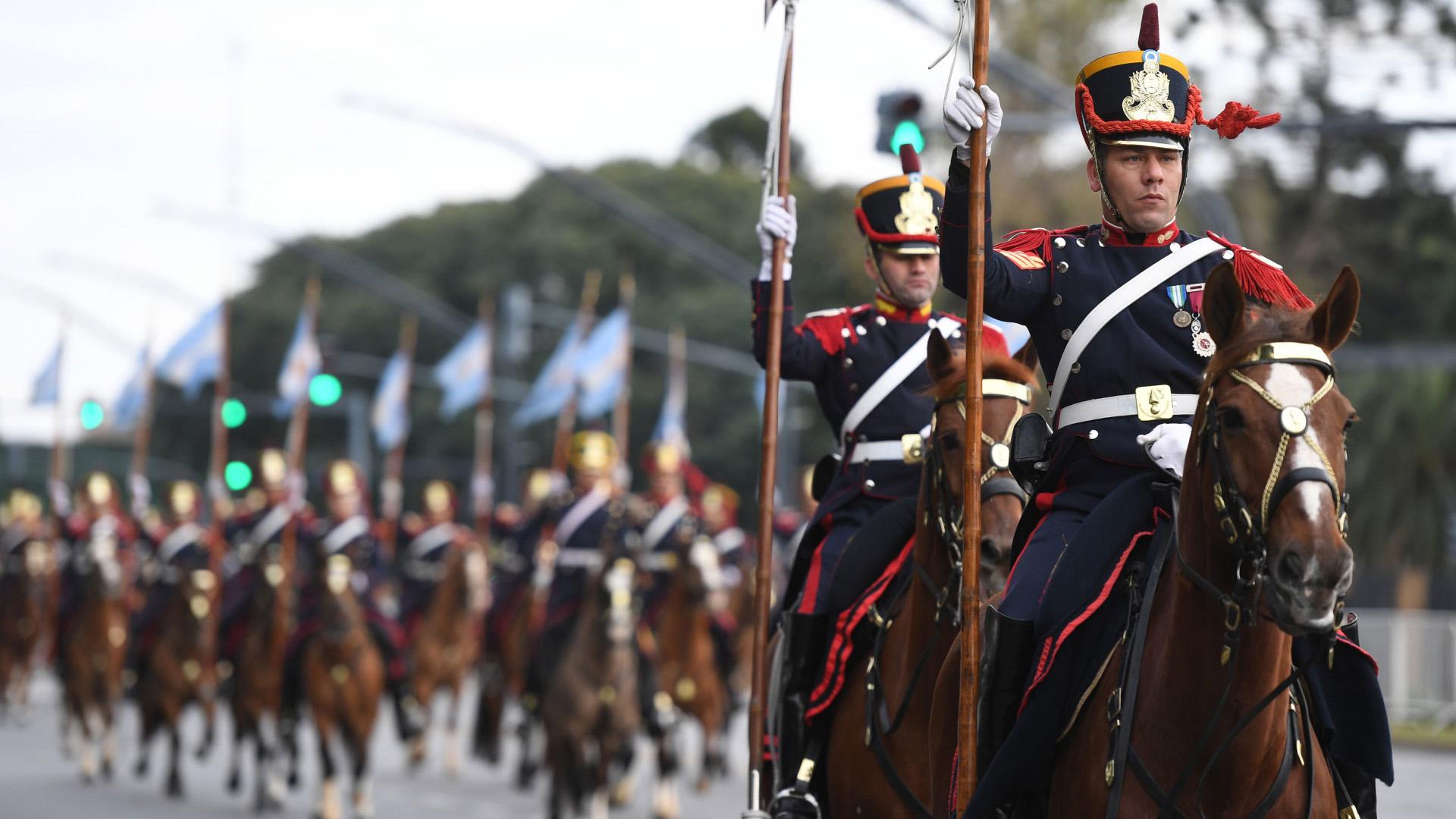 Se desplegaron más de 4.000 efectivos de a pie, motorizados y montados a caballo, bandas militares y de música –de distintos regimientos y cuerpos– y 16 aeronaves militares en vuelo.