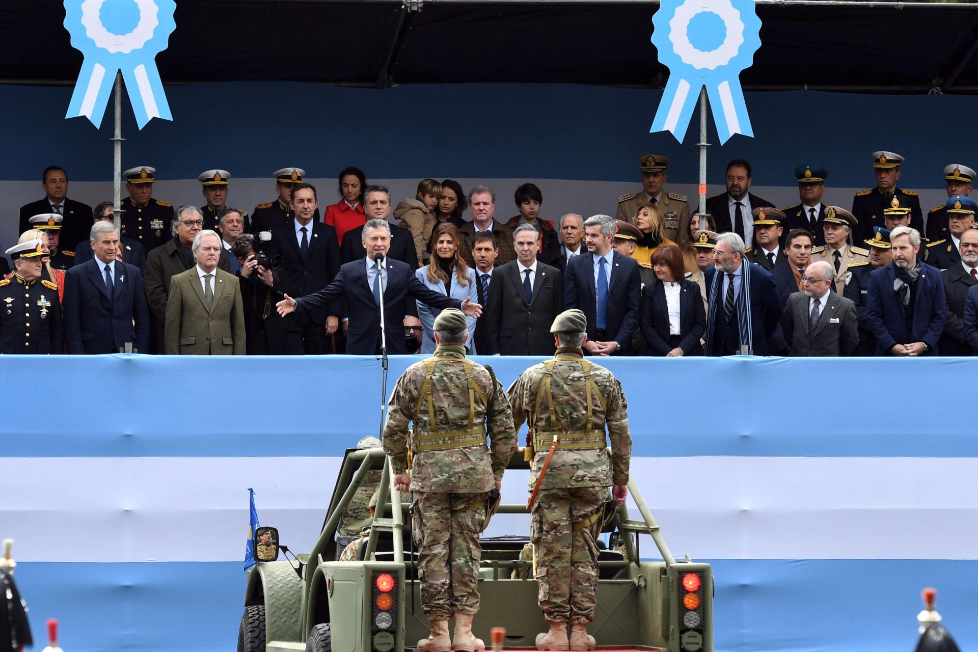 El presidente de la Nación, Mauricio Macri, encabezó el desfile militar por el 9 de Julio (Maximiliano Luna)